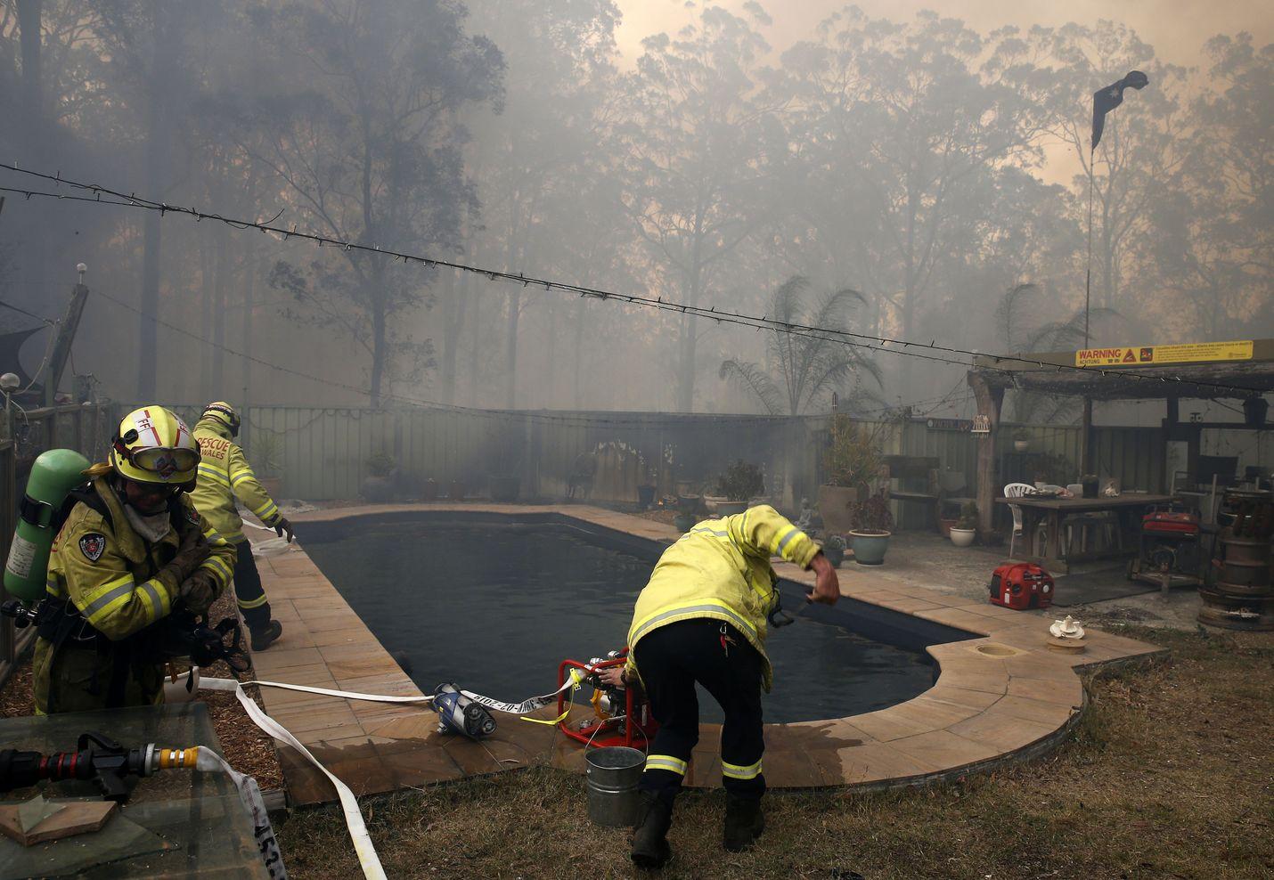 Palomiehet pumppasivat vettä uima-altaasta pelastaakseen talon New South Walesin Possum Brushissa. Alueen asukkaita kehotettiin evakuoitumaan välittömästi.
