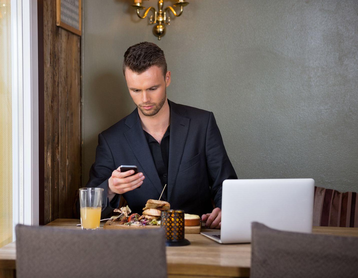 Pelaaminen ja sosiaalinen media vievät monen nuoren työntekijän aikaa niin, että uni ja palautuminen jäävät vähiin.