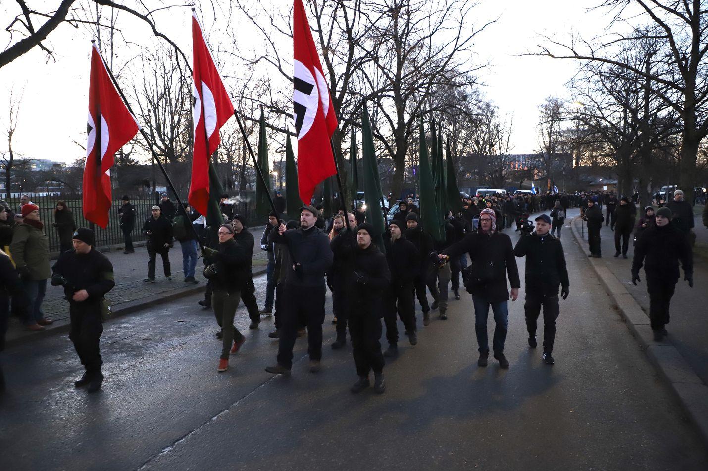 Osa suomalaisista tahtoisi istuttaa natsiliput osaksi itsenäisyysjuhlaperinteitä. Kuva on vuoden 2018 itsenäisyyspäivän mielenosoituksesta Helsingistä.