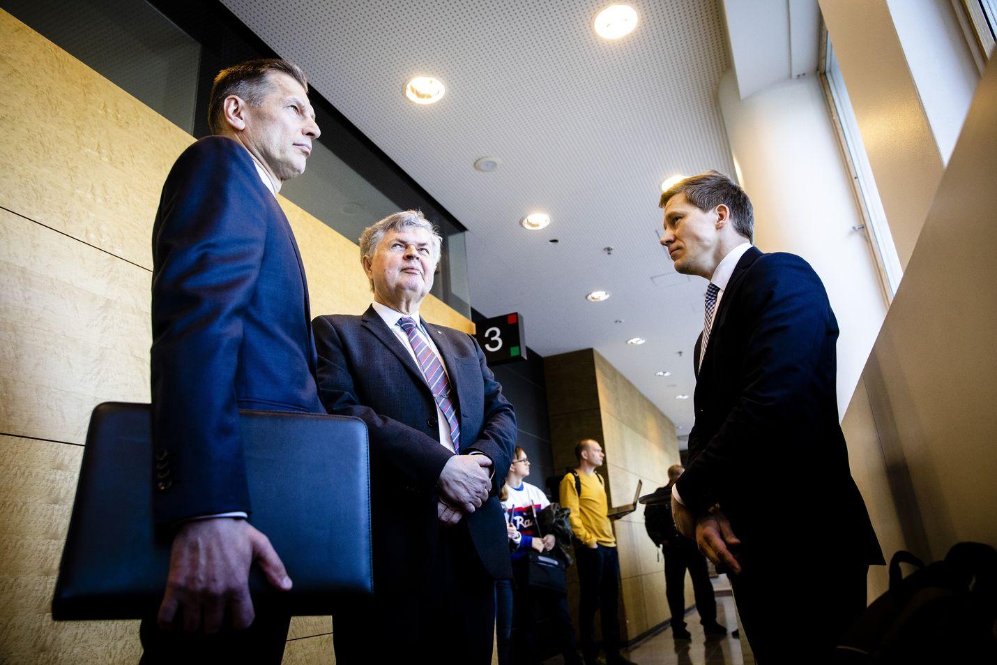 Ilmavoimien entinen komentaja, kenraalimajuri Sampo Eskelinen, puolustusasianajaja Heikki Maunila (keskellä) ja syyttäjä Sampsa Hakala (oikealla) kohtasivat hovioikeudessa toukokuussa.