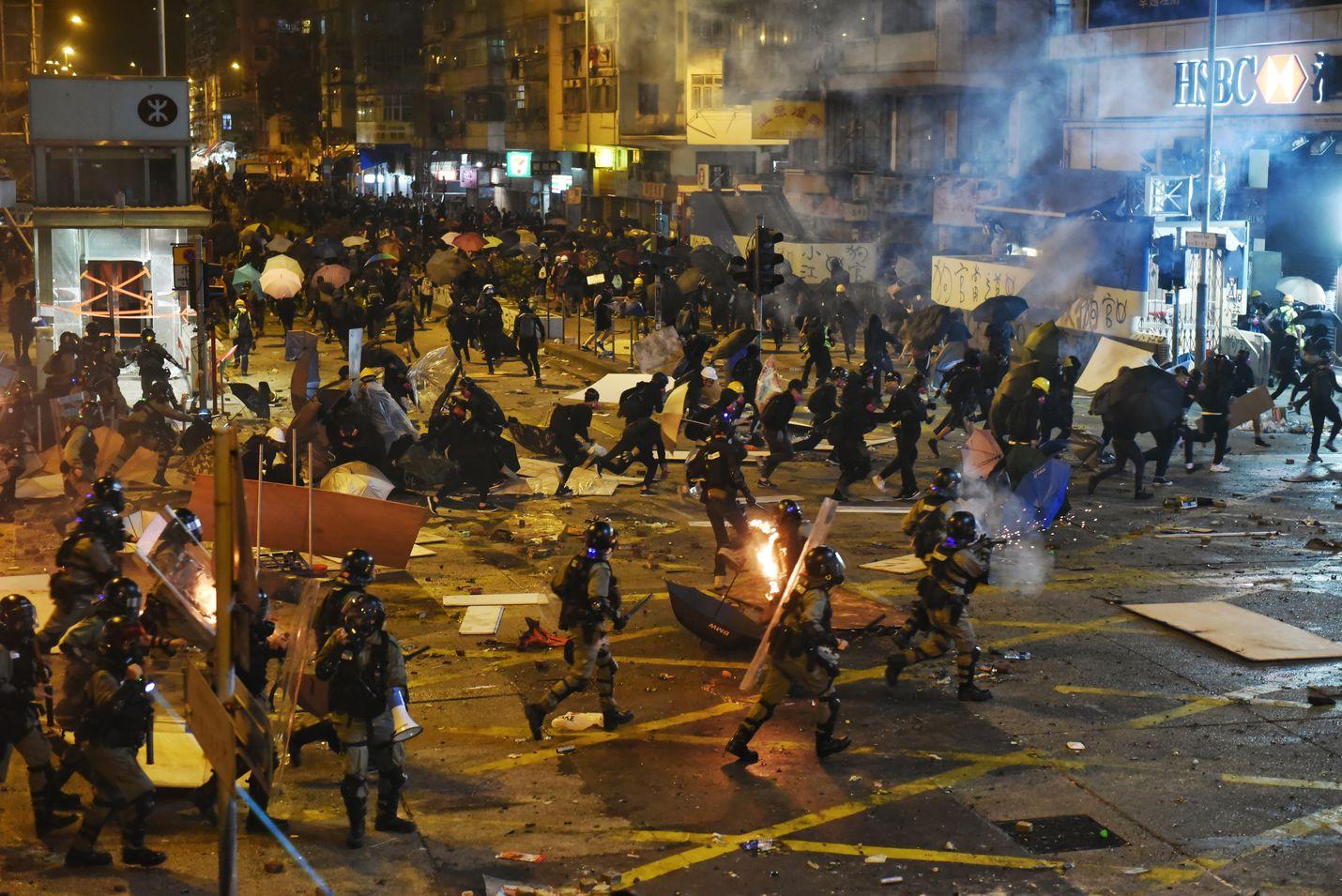 Mellakkapoliisi yritti maanantaina hajaannuttaa protestoijien joukkoja Hongkongissa Jordanin alueella. Protesteissa loukkaantui maanantaina lähes 116 ihmistä, lähes kolminkertainen määrä sunnuntaihin verrattuna.