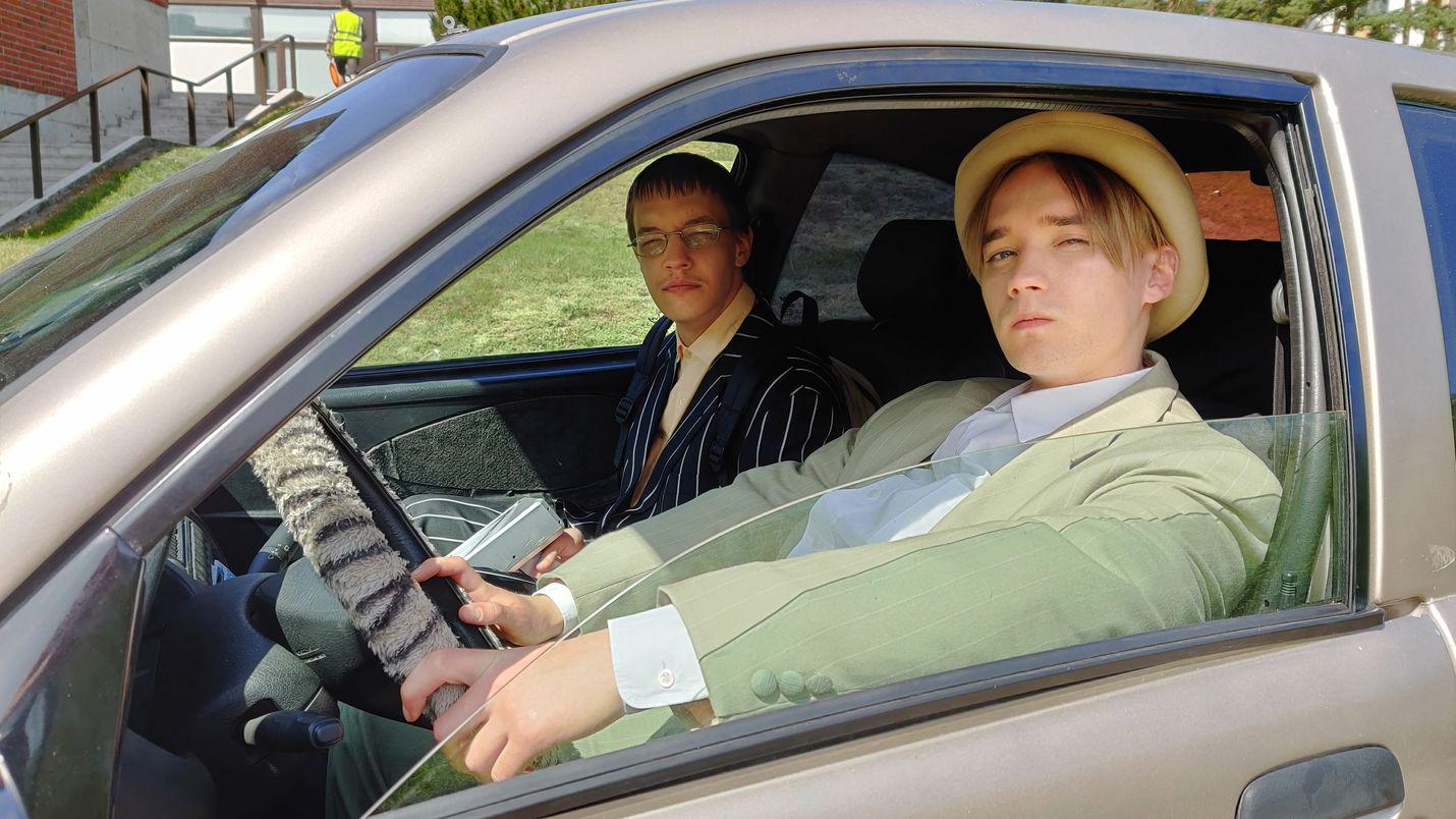 Joona (Joose Kääriäinen) ja Samu (Juho Nummela) yrittävät selvitä lukiosta ja päästä eroon äidin uudesta miehestä.