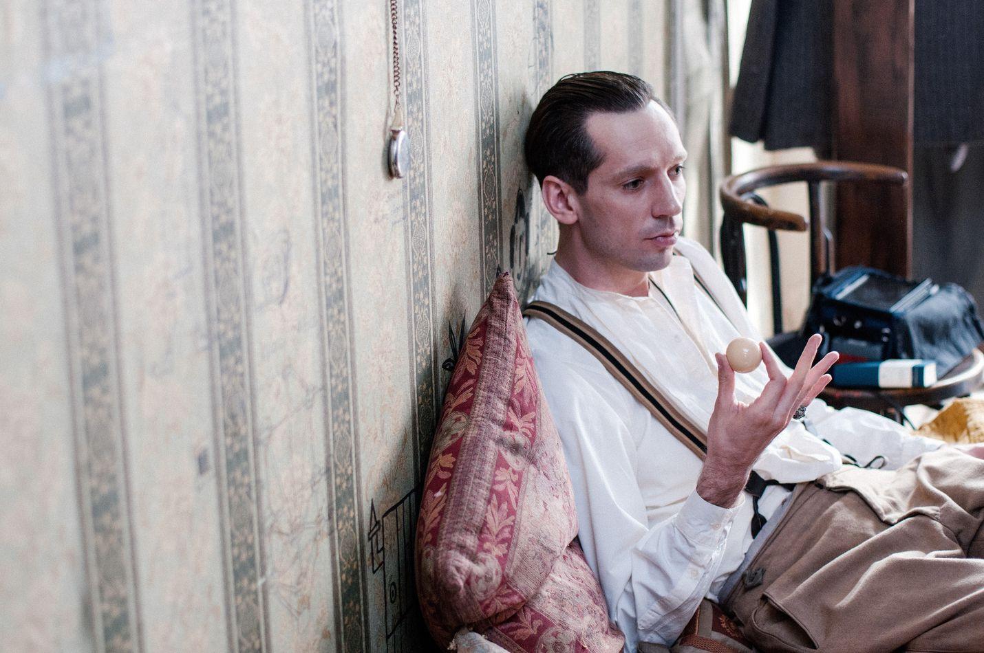 Harms on elämäkerrallinen draama venäläisestä Daniil Harmsista (Wojciech Urbanski), hän kirjoitti absurdeja lyhyitä tarinoita.