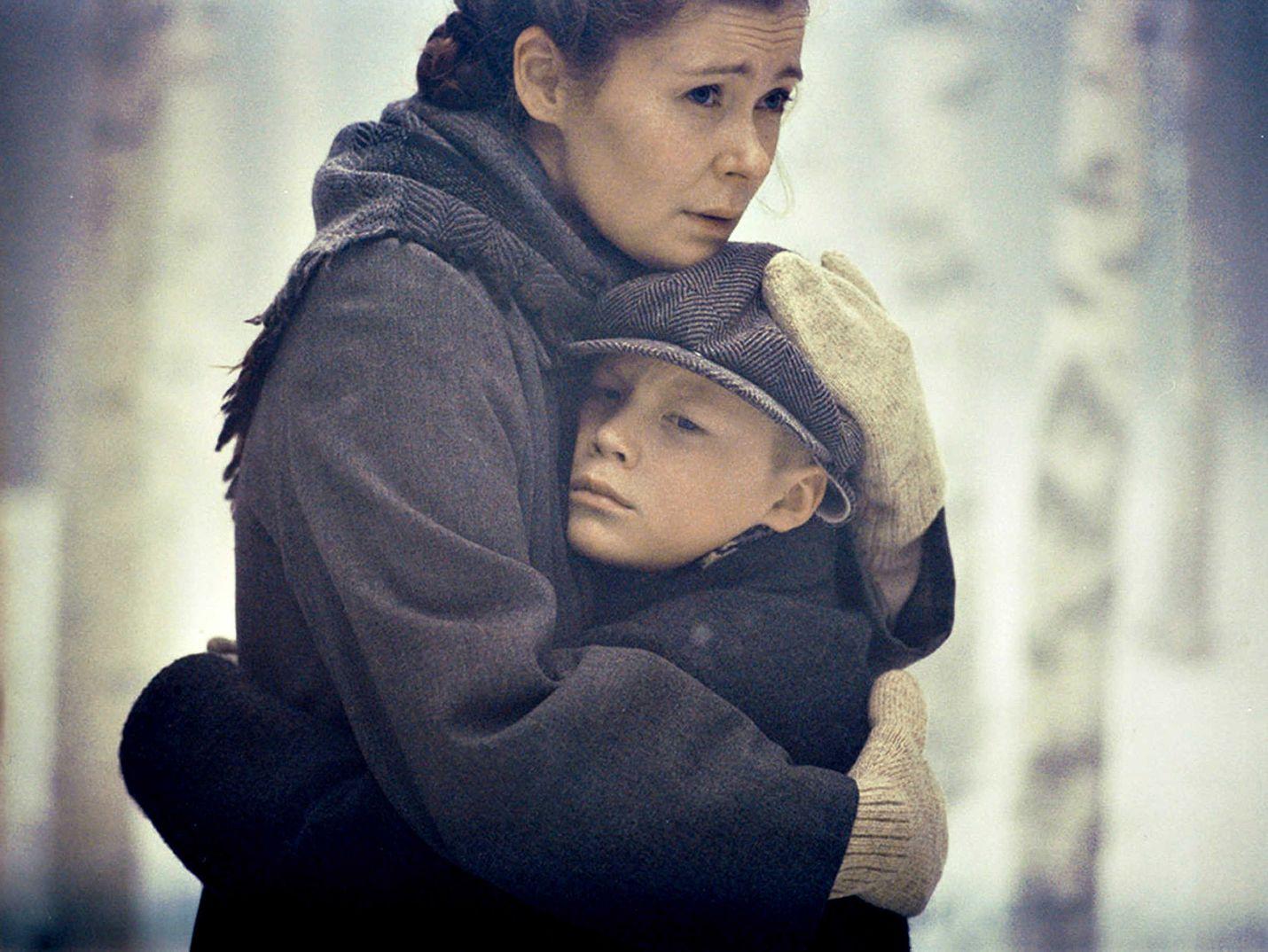 Eero (Topi Marjaniemi) lähetetään sotalapsena Ruotsiin tuntemattomaan maahan vieraiden ihmisten luo. Suomeen jää äiti (Marjaana Maijala).