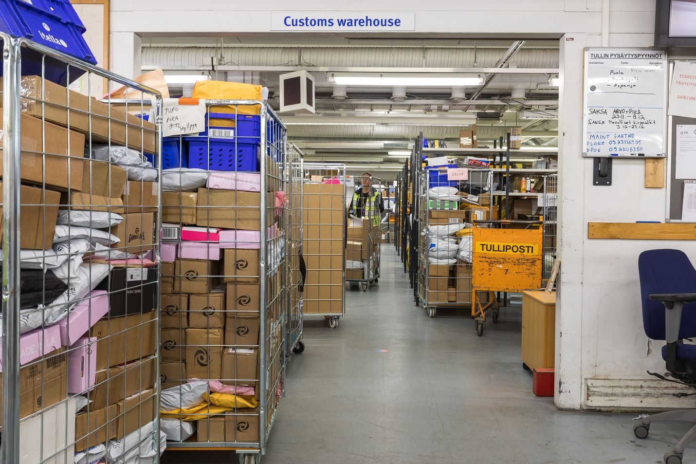 Posti alkaa periä yli 22 euroa maksavista EU:n ulkopuolelta tilatuista tuotteista erillisen käsiteltymaksun. Maksun suuruus on 2,90 euroa. Suomalaiset tekevät verkko-ostoksia eniten kiinalaisista verkkokaupoista. Alle 22 euroa maksavia paketteja saapuu Suomeen kuukausittain yli miljoona kappaletta. Postin käsittelymaksu ei toistaiseksi koske alle 22 euron arvoisia lähetyksiä.