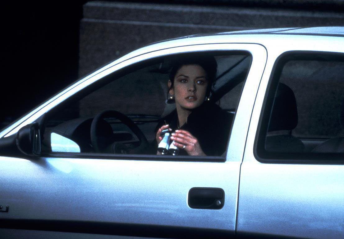 Catherine Zeta-Jones on varkaaksi naamioitunut vakuutustutkija romanttisessa trillerissä Ansa viritetty.
