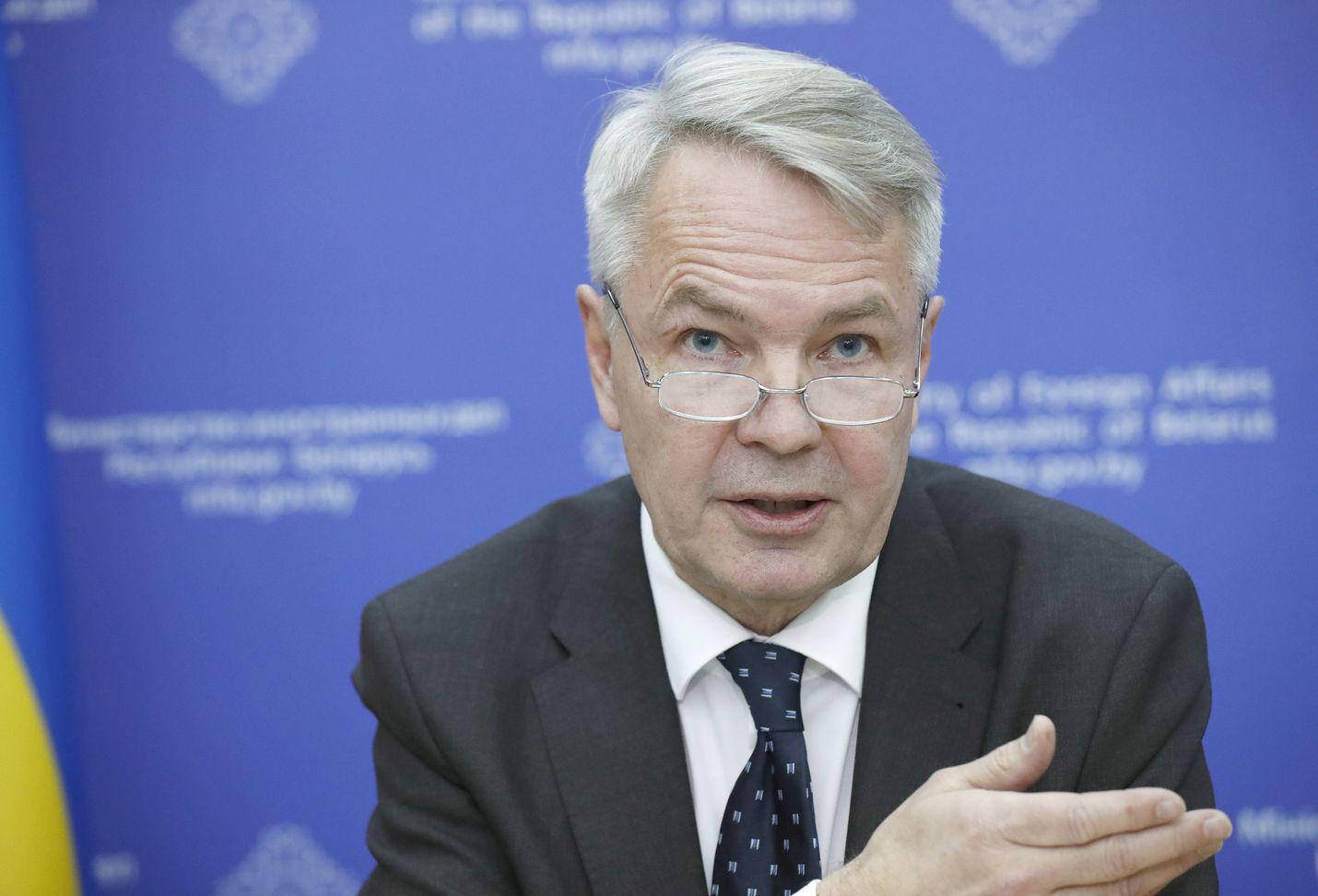 Ulkoministeri Pekka Haavisto (vihr.) kiistää painostaneensa ulkoministeriön virkamiestä.