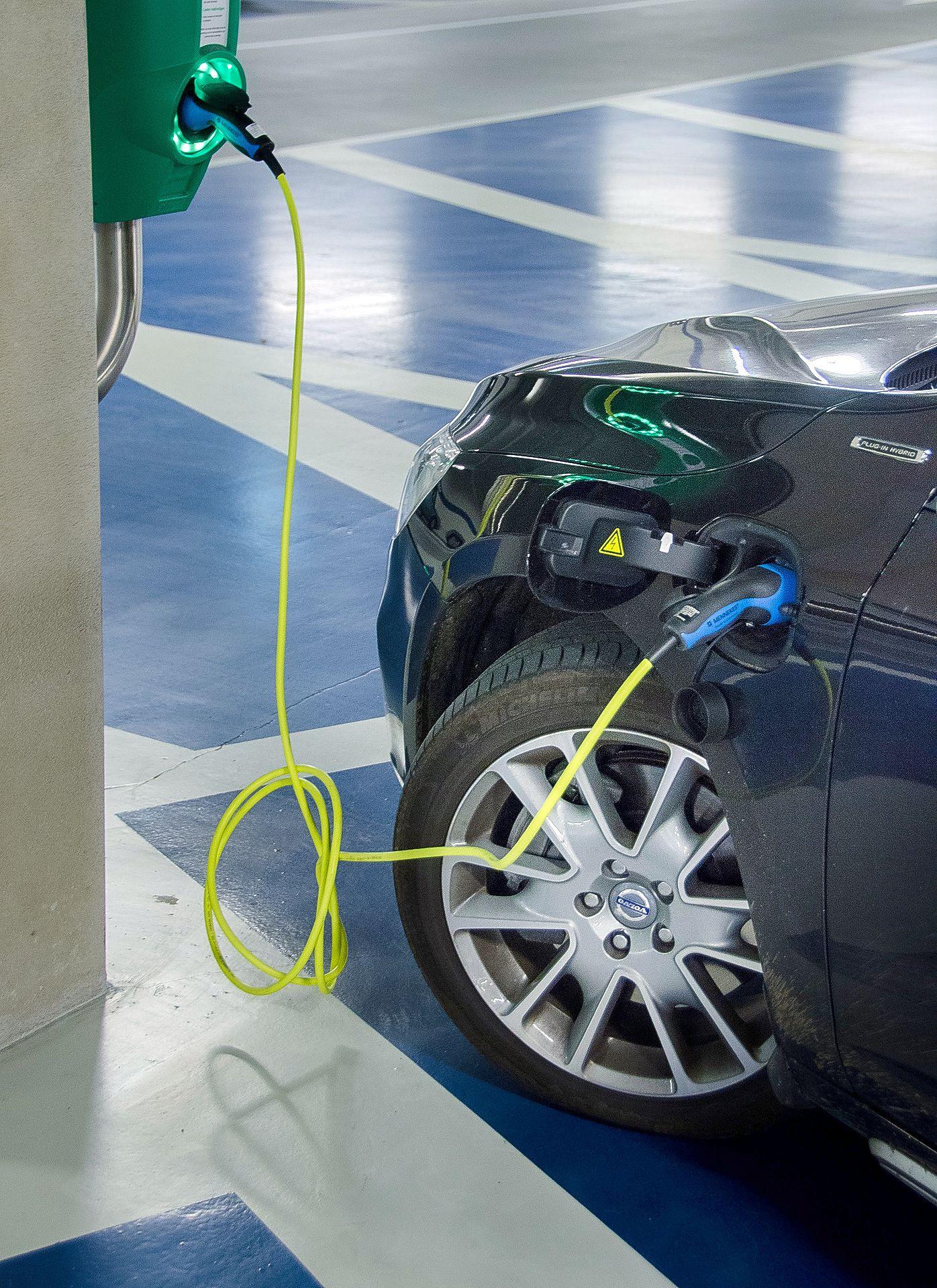 Taloyhtiöitä ollaan velvoittamassa rakentamaan sähköautojen latauspisteitä.