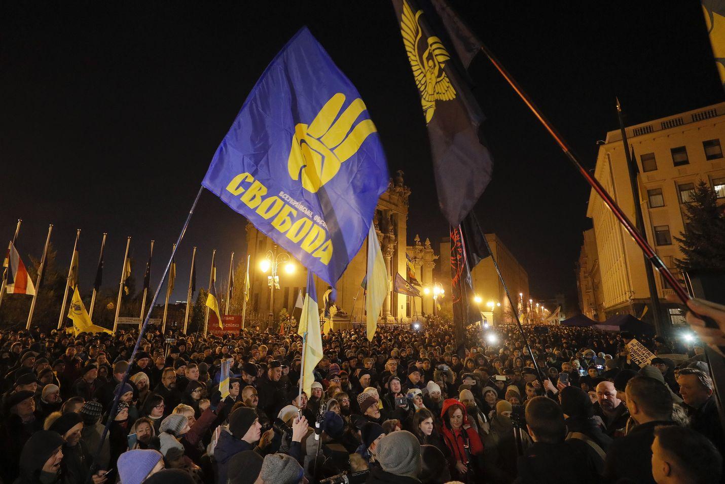 Tuhannet ukrainalaiset osoittivat mieltään Maidanin aukiolla sunnuntaina.