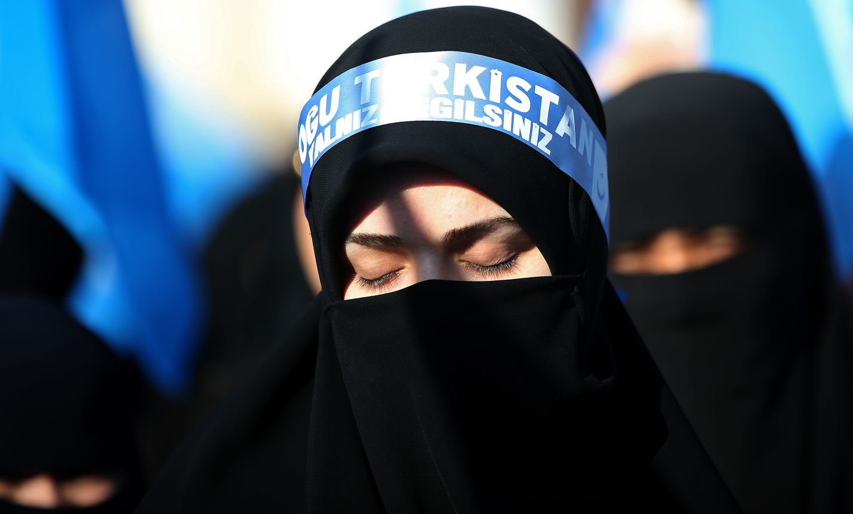 Musliminainen osallistui lauantaina Turkin Istanbulissa protestiin, jossa osoitettiin mieltä sitä vastaan, miten Kiina kohtelee uiguurivähemmistöään.