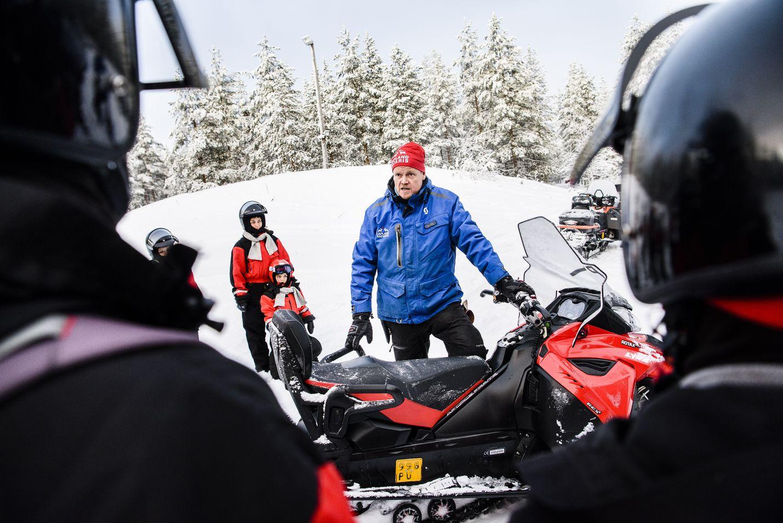 Lapland Safariksen palkkalistoilla on noin 750 ohjelmapalvelutyöntekijää eri puolilla Lappia. Tässä Rovaniemen toimipisteen opas Ismo Pasanen ohjeistaa ulkomaalaisia matkailijoita moottorikelkan käyttöön.