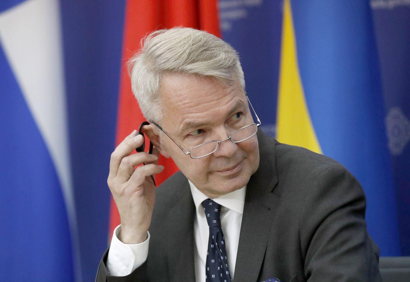 Viime aikojen kohu ei ole vähentänyt vihreiden luottoa ulkoministeri Pekka Haavistoon. Puolue näytti maanantaina vihreää valoa Haaviston jatkolle pestissään.