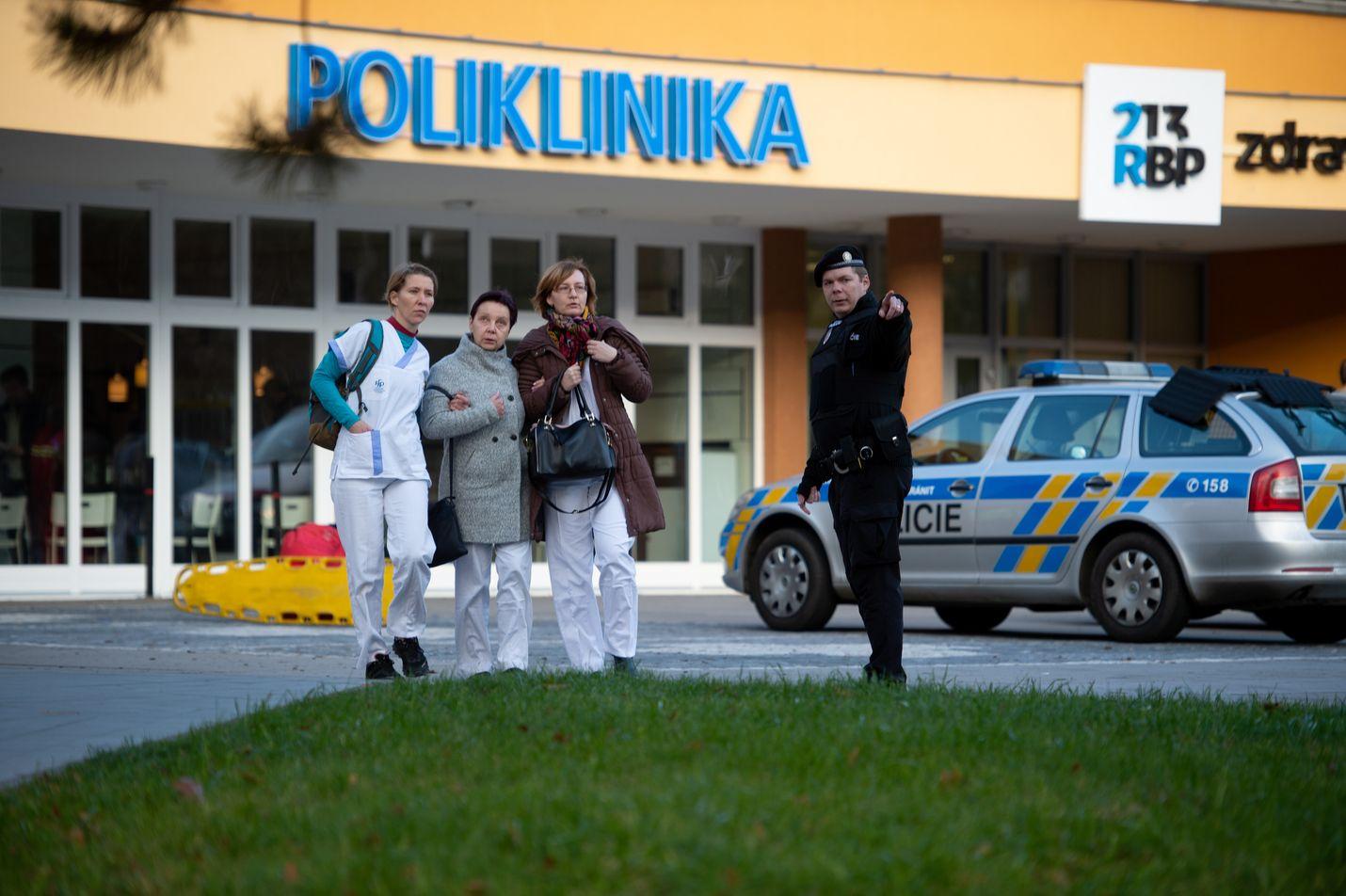 ihmisiä evakuoidaan Ostravan yliopistollisesta sairaalasta ampumisen jälkeen.
