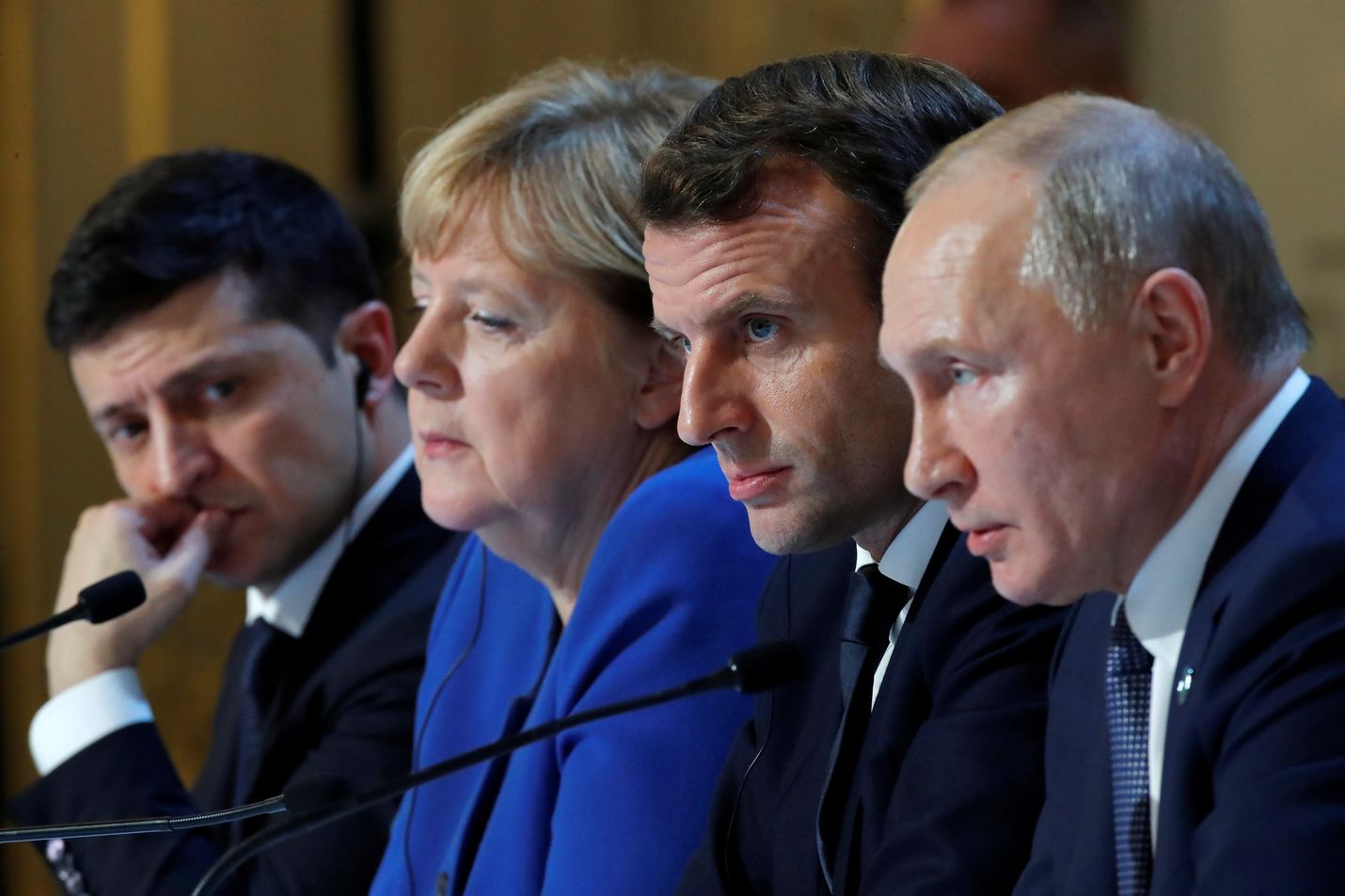 Ukrainan presidentti Volodymyr Zelenskyi (vas.) tapasi ensimmäistä kertaa Venäjän presidentin Vladimir Putinin (oik.). Tapaamisessa olivat mukana myös Saksan liittokansleri Angela Merkel ja Ranskan presidentti Emmanuel Macron.