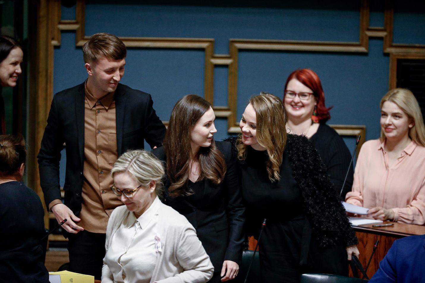 Keskustan puheenjohtaja Katri Kulmuni onnitteli Sanna Marinia heti eduskunnan pääministeriäänestyksen jälkeen.