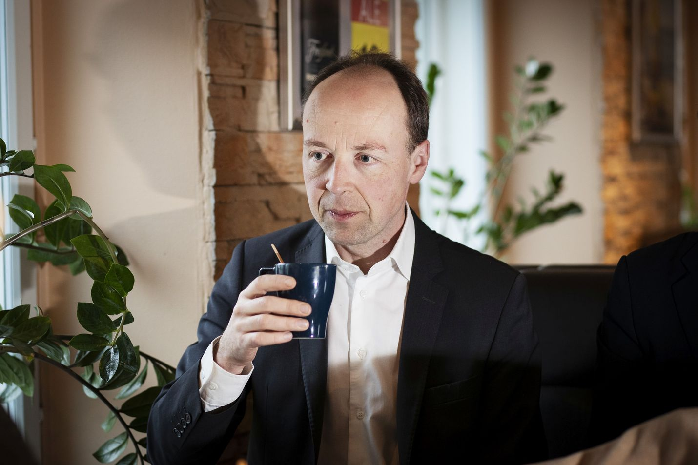 Perussuomalaisten puheenjohtajan Jussi Halla-ahon mukaan välikysymyksestä tiedotetaan mahdollisesti vielä tänään.