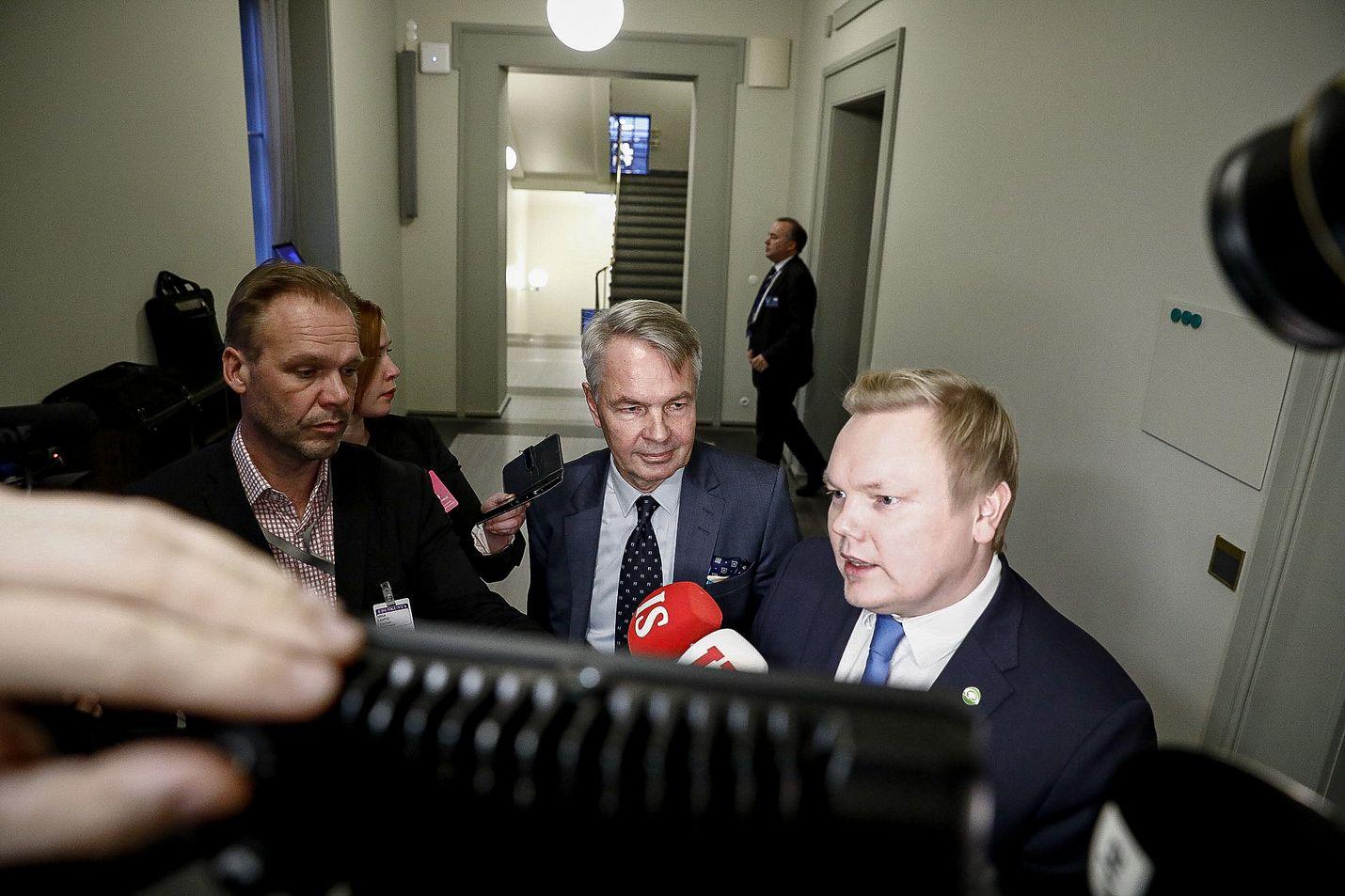 Keskustan eduskuntaryhmän puheenjohtaja Antti Kurvinen on taas tulessa. Nyt selvitellään jälleen kerran, mikä on puolueen kanta al-Holin leirin lasten ja äitien palautuksiin.