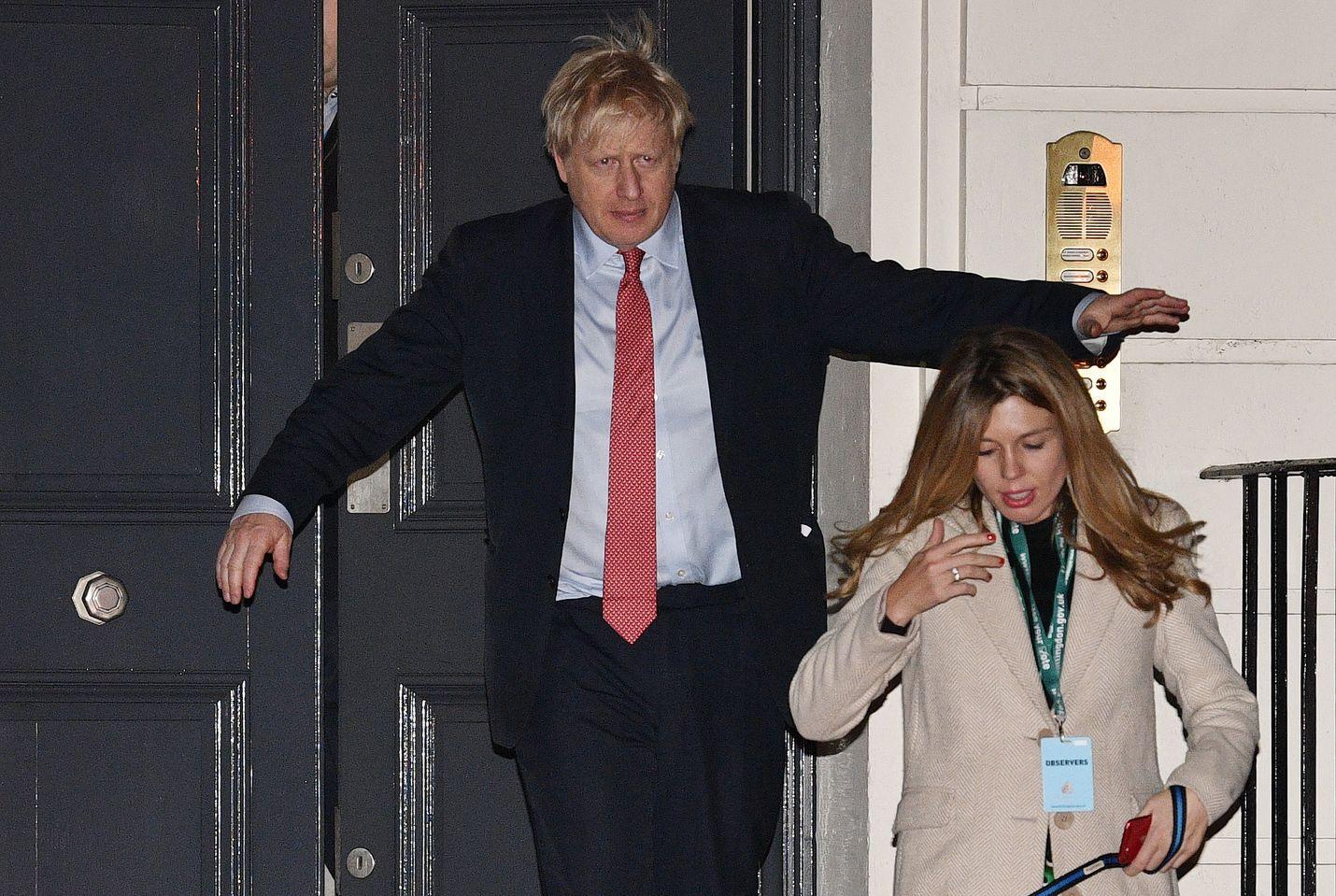 Britannian pääministeri Boris Johnson poistui Lontoossa konservatiivien päämajasta aikaisin perjantaina yhdessä tyttöystävänsä Carrie Symondsin kanssa.