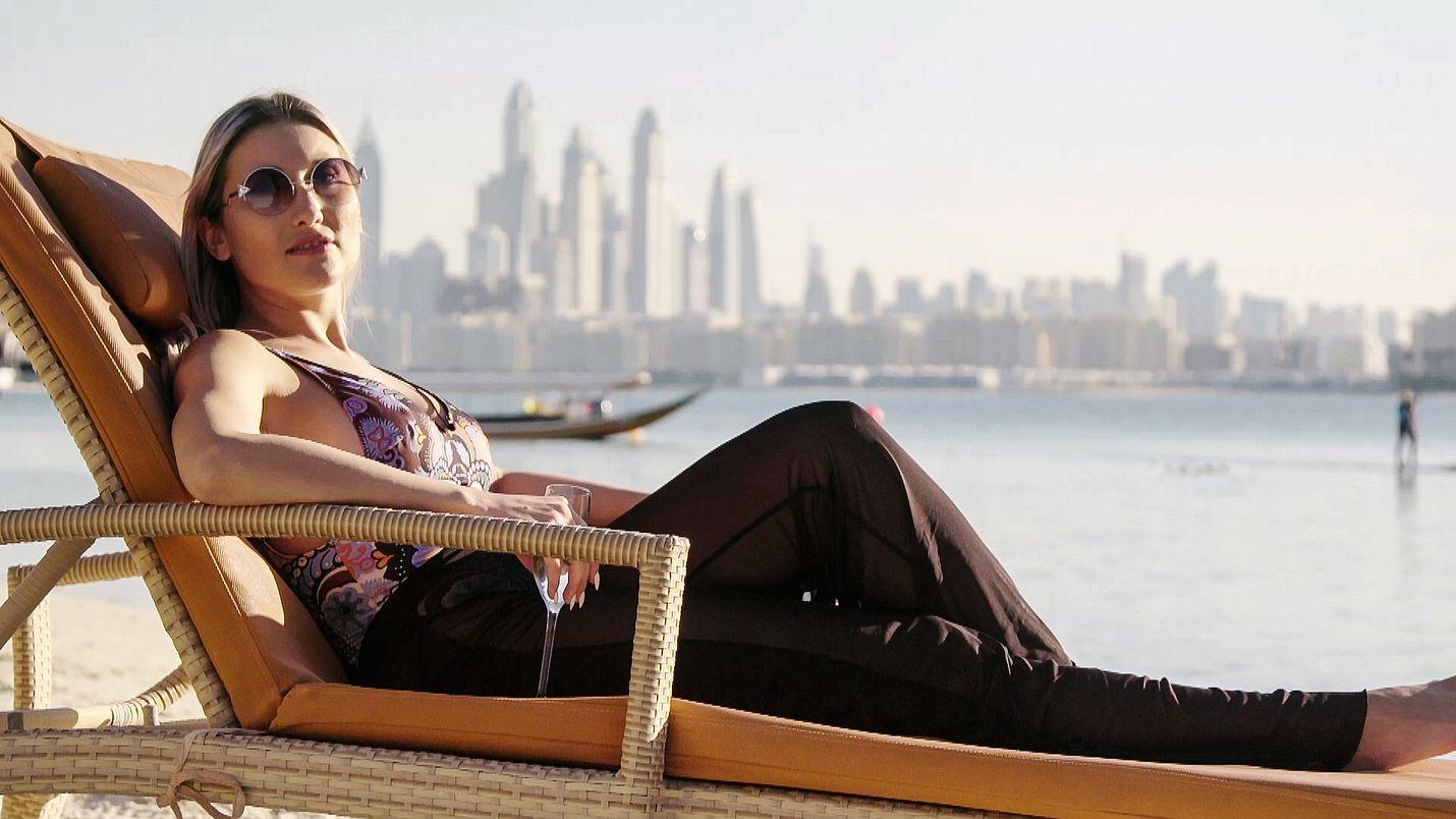 Dubai houkuttelee nuoria naisia myös Pohjoismaista töihin ja juhlimaan. Kuvassa ruotsalainen Julia.