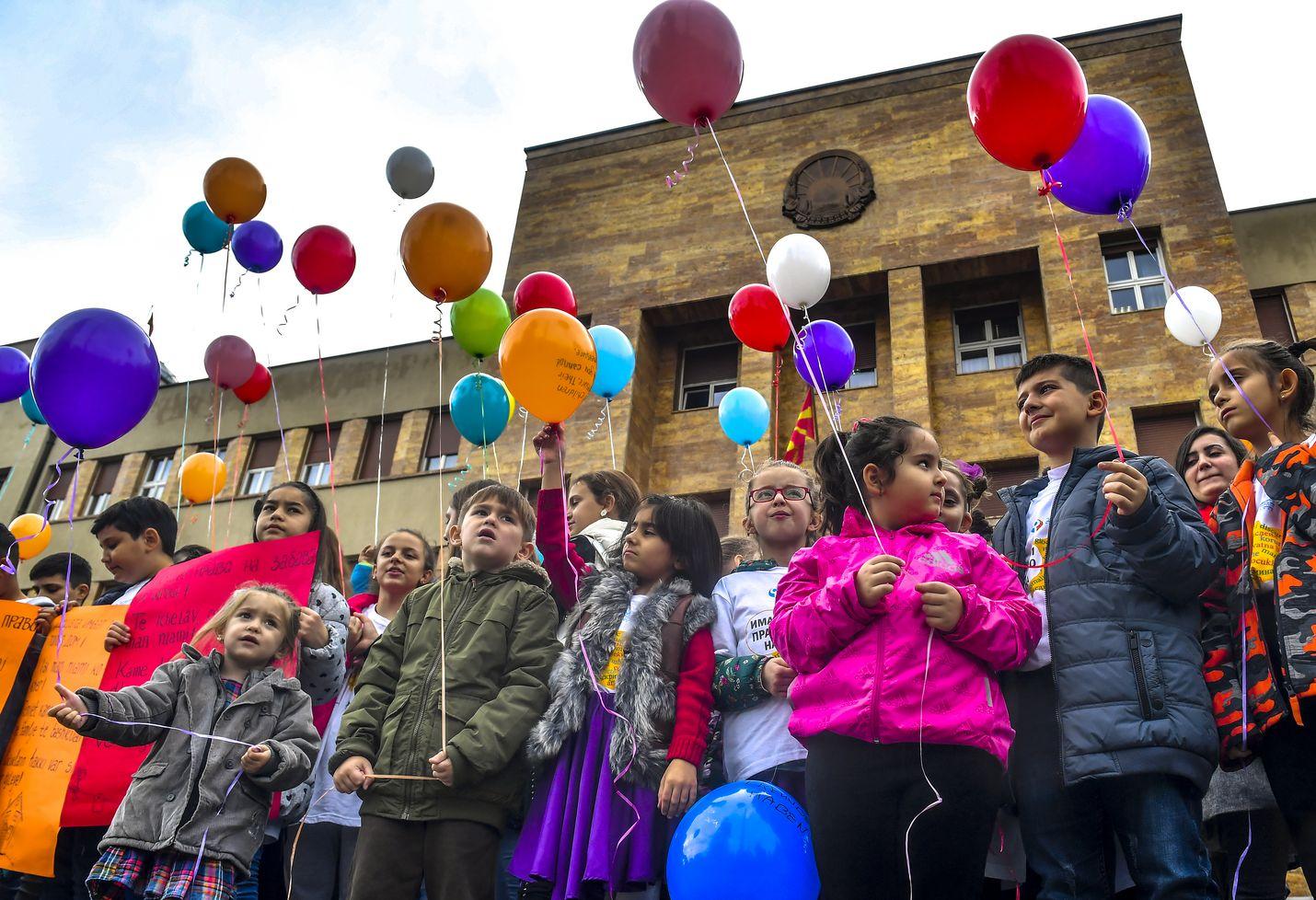 Lapset juhlistivat marraskuussa ilmapallojen kanssa kansainvälistä lapsen oikeuksien päivää Pohjois-Makedonian pääkaupungissa Skopjessa.