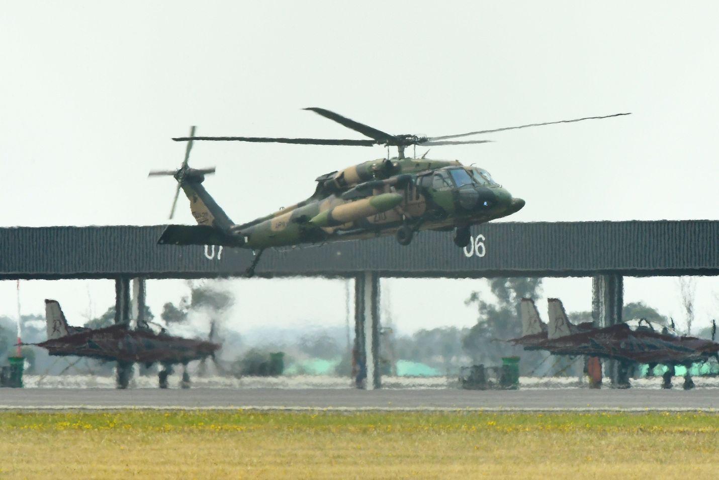 Armeijan helikopterit osallistuivat pelastustöihin Australiassa torstaina.