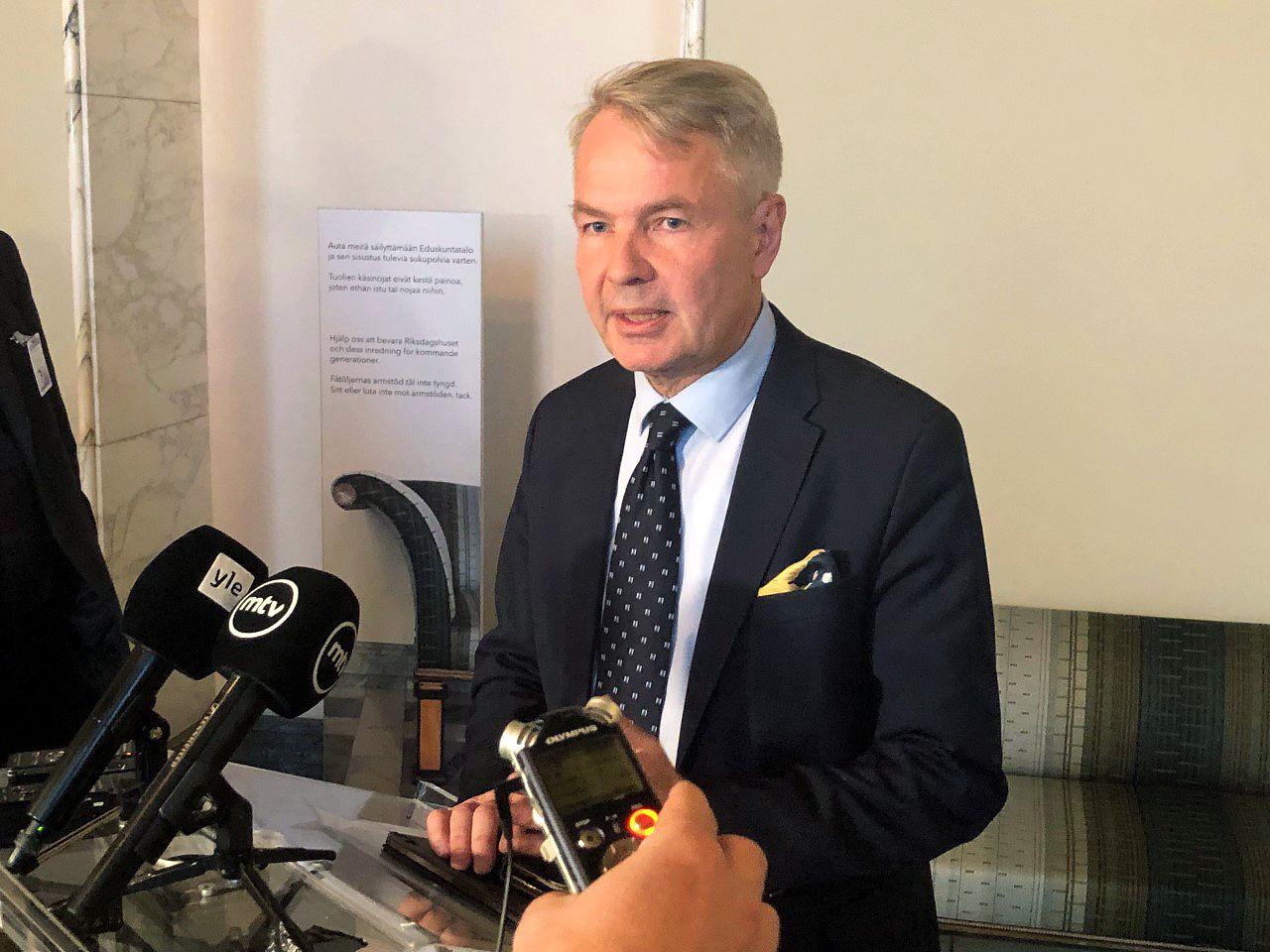 Ulkoministeri Pekka Haavisto (kuvassa) on antanut vaihtelevia selityksiä konsulipäällikkö Pasi Tuomisen kohtelusta al Hol -jupakassa.