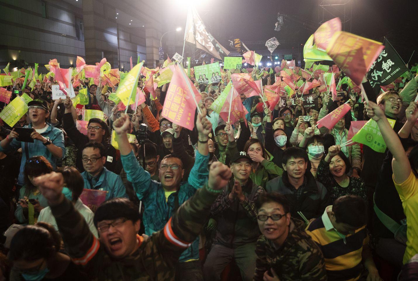 Presidentti Tsai Ing-Wenin kannattajat juhlivat vaalivoittoa Taipein kaduilla viikonloppuna.
