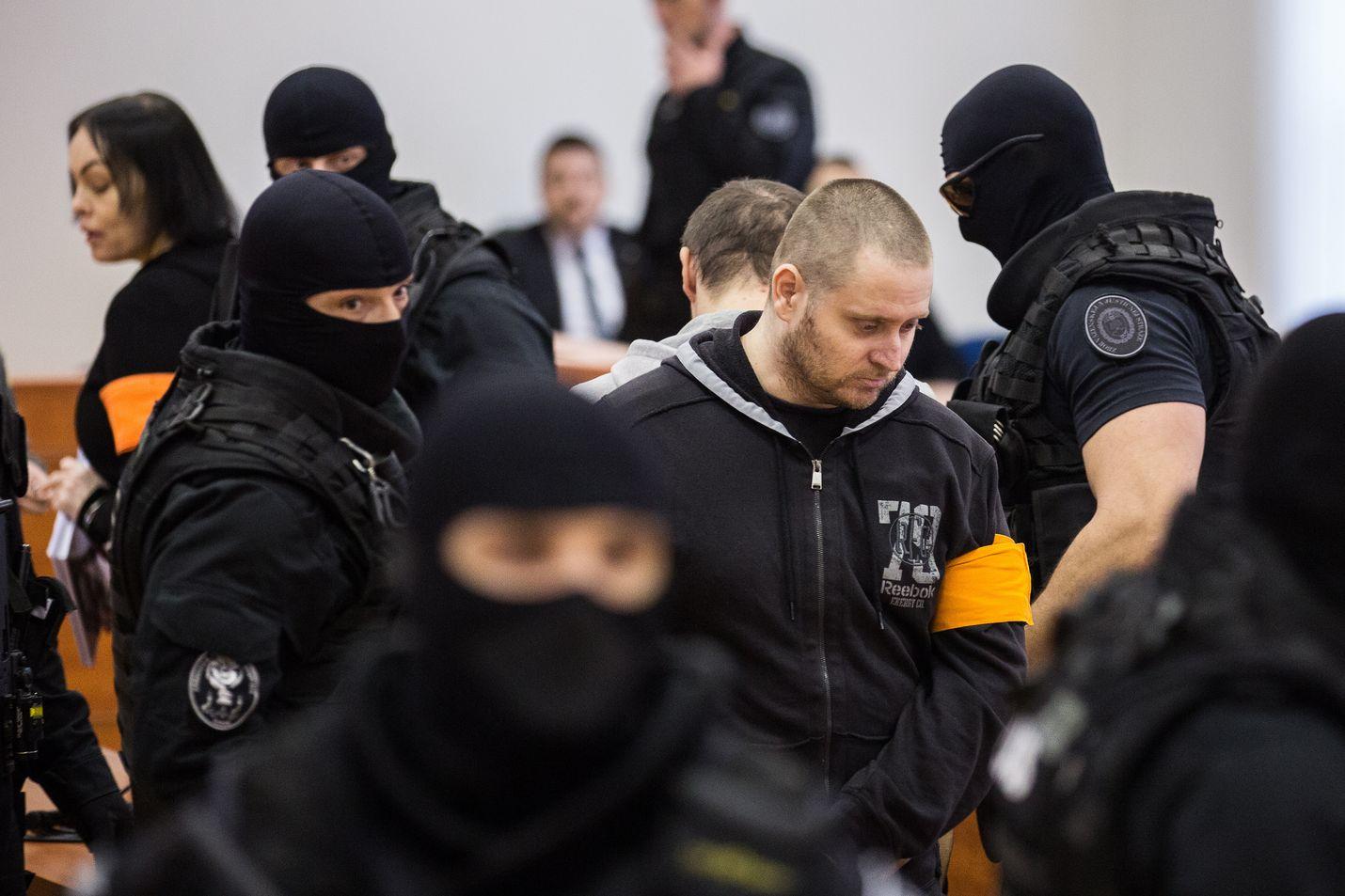 Miros Marcek (keskellä) saapui pääoikeudenkäynnin avausistuntoon Slovakian Pezinokissa maanantaina. Marcekia ja kolmea muuta syytetään toimittaja Jan Kuciakin ja tämän morsiamen Martina Kusnirovan murhasta. Pari löydettiin kuolleina 26.2.2018.