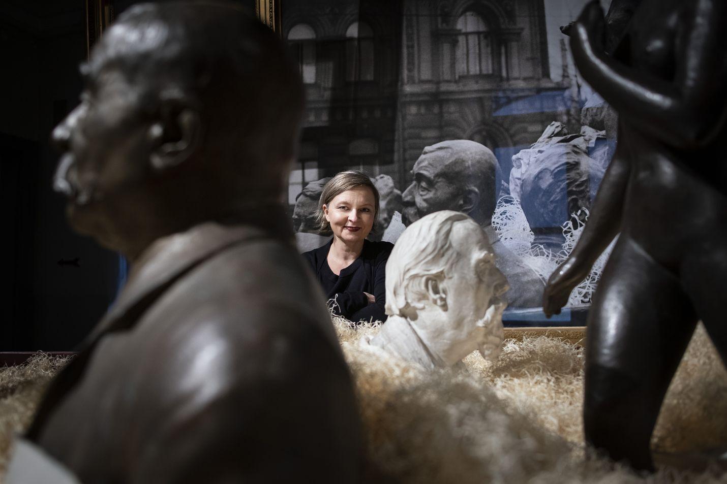 Anna Kortelainen on ideoinut ja kuratoinut näyttelyn Helsingin sota-ajan ilmapiiristä, ilmeestä ja evakuoinneista. Kaupungista evakuoitiin lasten lisäksi paljon tieteen ja taiteen aarteita. Muun muassa patsaita pakattiin laatikoihin, suojattiin meriheinällä ja oljilla sekä kuljetettiin turvaan eri puolille Suomea.