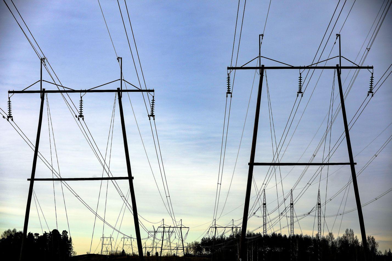 Sähkön tukkuhinta nousi viime vuonna, mikä nosti myös kuluttajien sähkölaskua. Korotusta tuli lisäksi sähkön siirtohintoihin.