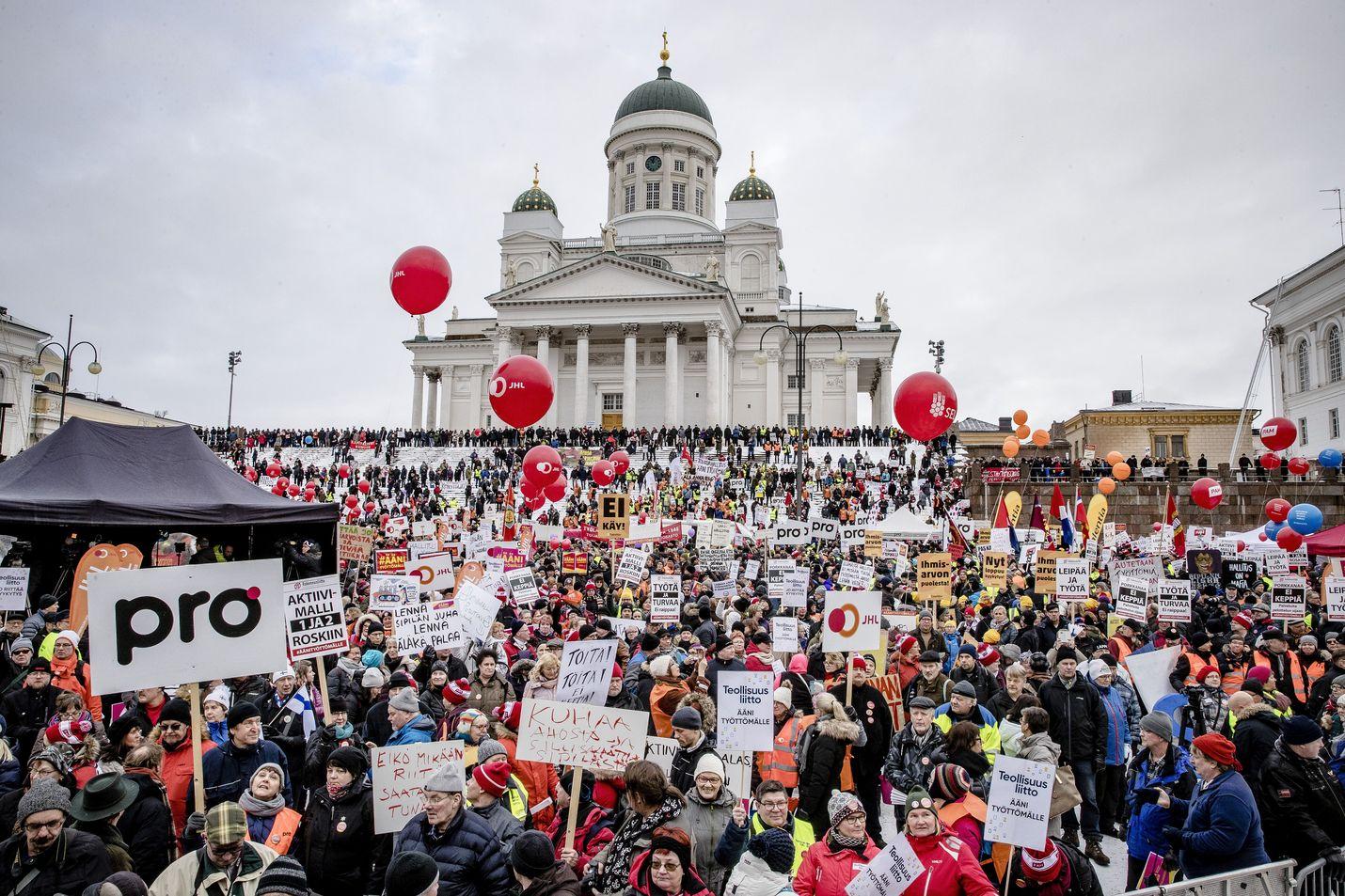 Teknologiateollisuus päätti lopettaa jäsenyrityksissään ay-jäsenmaksujen perimisen Ammattiliitto Pron jäsenten palkasta. Kuvassa mielenosoitus aktiivimallia vastaan Helsingissä helmikuussa 2018.