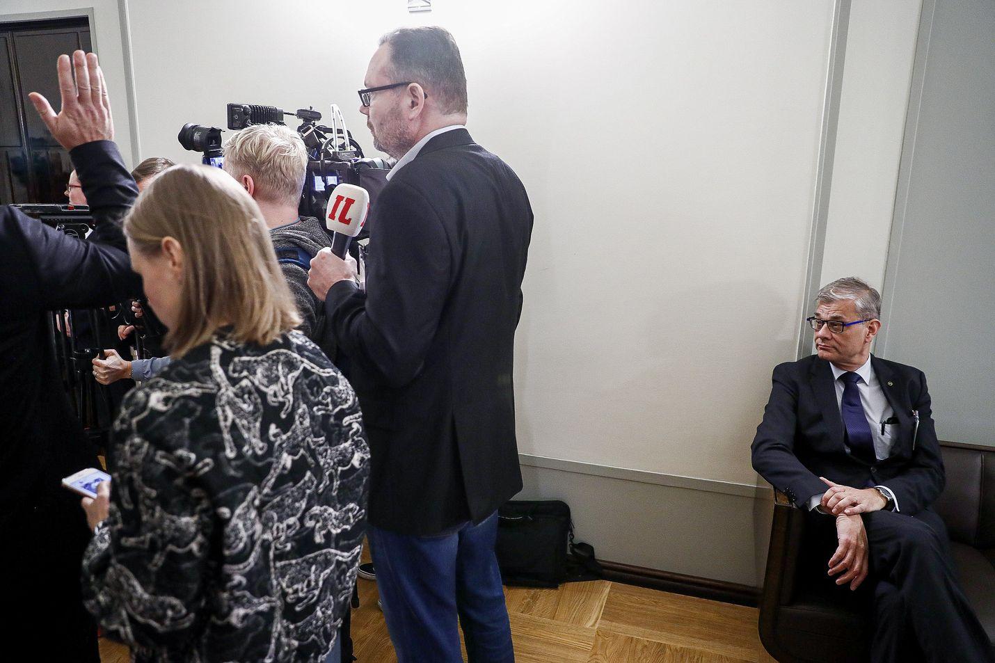 Konsulipäällikkö Pasi Tuominen odotti vuoroaan eduskunnan perustuslakivaliokunnan kuultavaksi