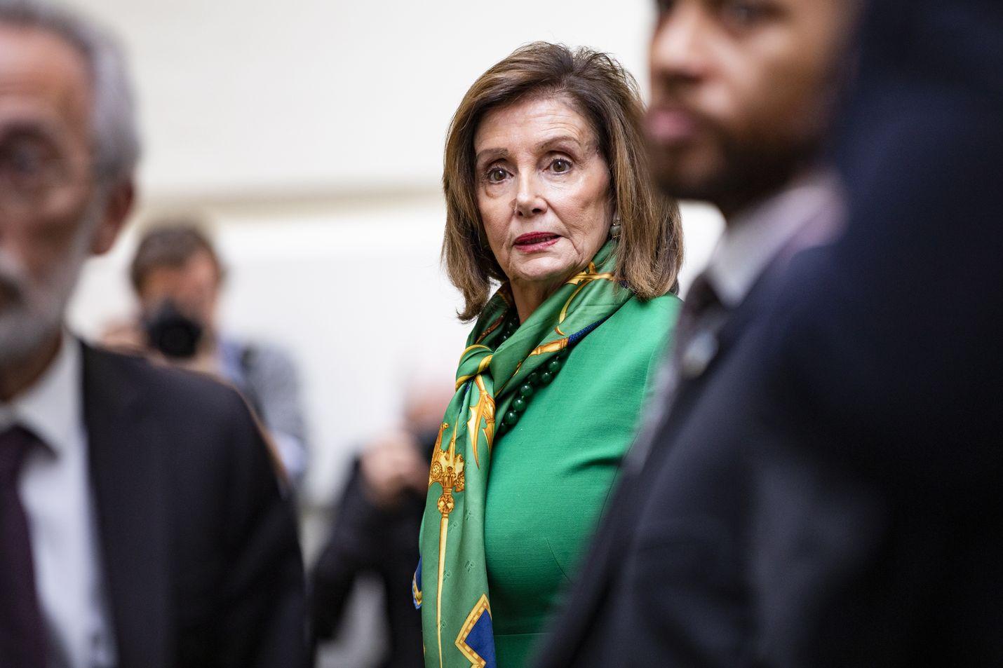 Edustajainhuoneen puhemies Nancy Pelosi haluaisi senaatin kuulevan uusia todistajia virkarikosoikeudenkäynnissä.