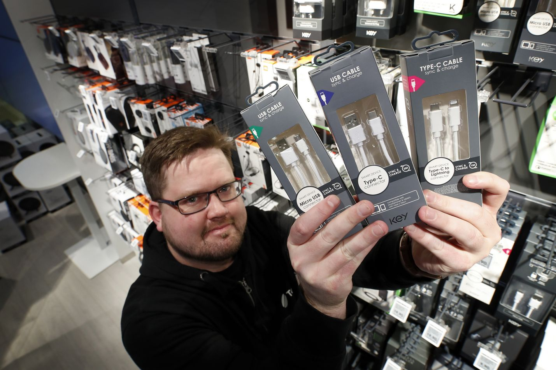 Näillä mennään. Telian myymälässä muiden muassa latureita myyvä Julius Mäkelä esittelee nykyisen perussetin. Siihen kuuluvat micro-USB ja USB-C sekä Applen Lightning.