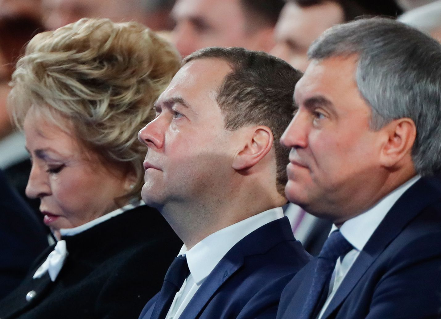 Pääministeri Dmitri Medvedev kuunteli Moskovan Maneesissa presidentti Vladimir Putinin puhetta aiemmin päivällä. Vasemmalla on liittoneuvoston johtaja Valentina Matvijenko ja duuman puhemies Vjatsheslav Volodin. Kaikki ovat Putin-lojalisteja.