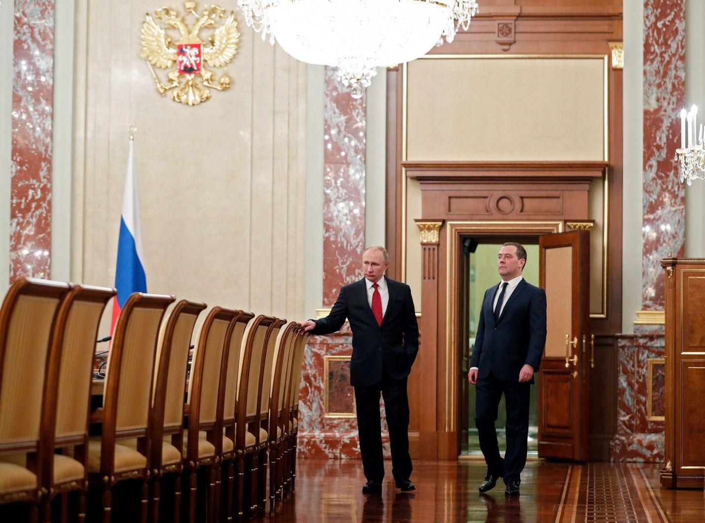 Venäjän johtotandemissa Vladimir Putin on määrännyt tahdin. Presidentti Putin tulossa pääministeri Dmitri Medvedevin kanssa hallituksen kokoukseen keskiviikkona.