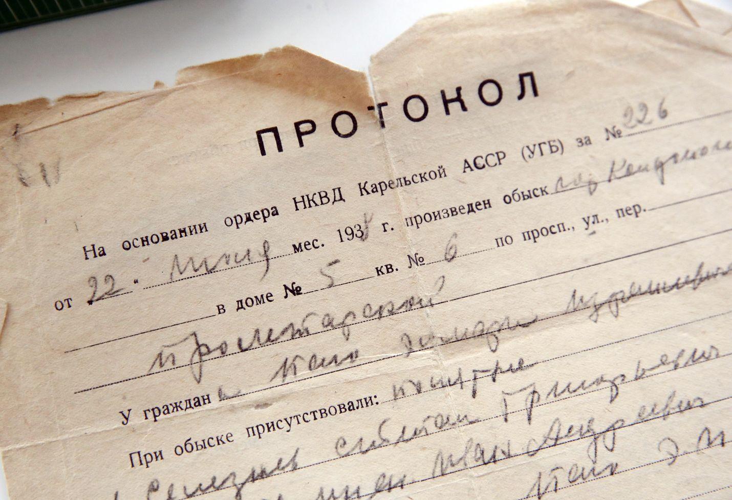Arkistokuvassa virallinen todistus Stalinin vainojen ajalta. Paperissa kerrotaan kotietsinnästä.