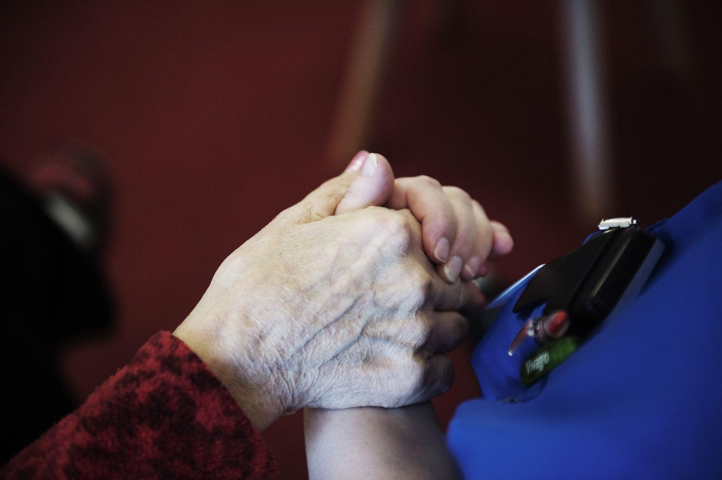Alzheimeria sairastavien käytöshäiriöitä hoidetaan usein psykoosilääkkeillä. Ne aiheuttavat kaatuilemista ja kohonneen riskin saada päävammoja.