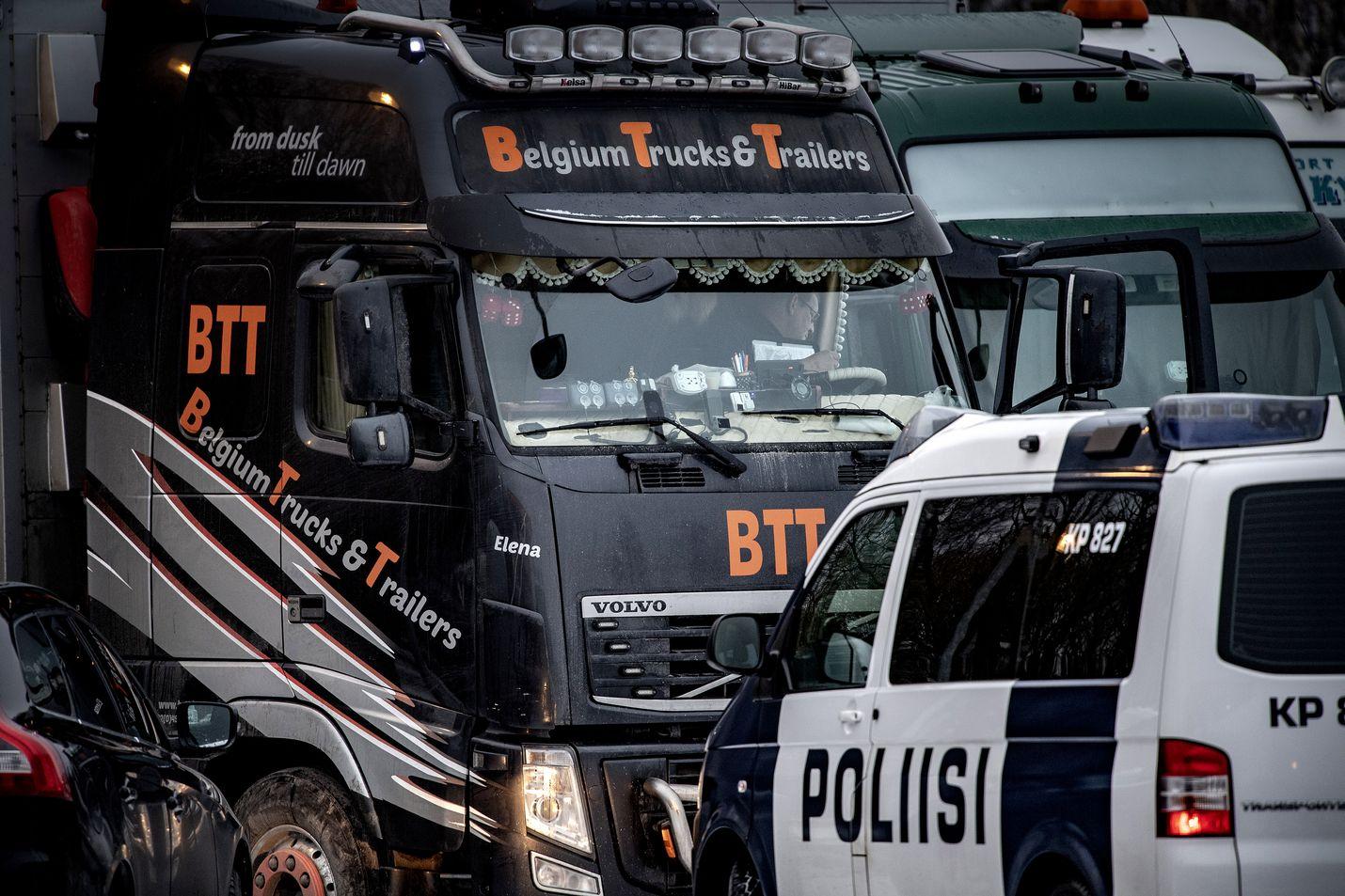 Liettualaisten kuljetusrekkojen lisäksi kokkolalaisen huoltoaseman pihassa oli torstaina myös kymmenittäin turkistarhaajia sekä poliiseja tarkastamassa eläinkuljetusautoa ajavien kuskien tarvittavia lupia.