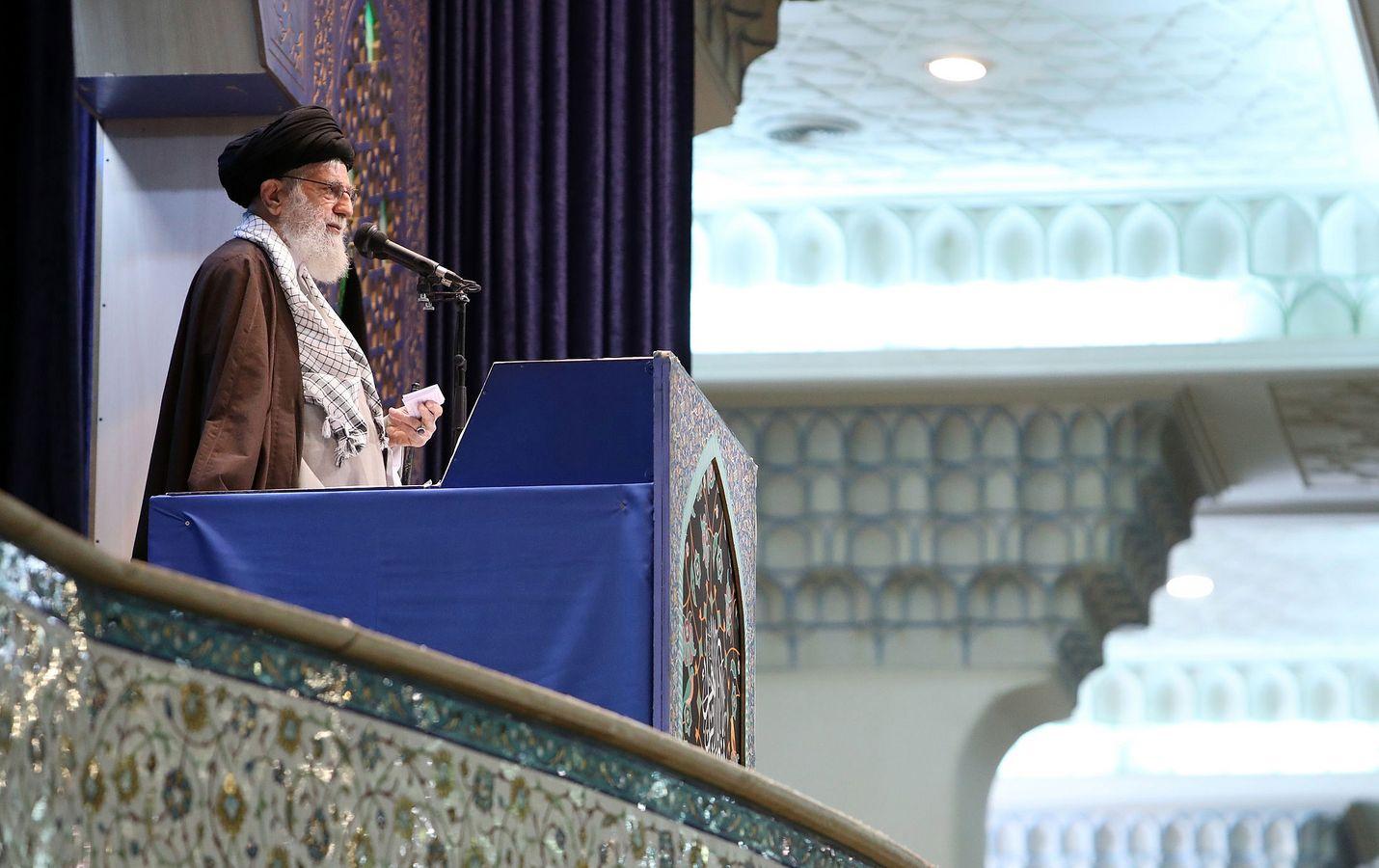Iranin ylin johtaja ajatollah Ali Khamenei johti perjantairukousta ensimmäistä kertaa kahdeksaan vuoteen Iranin pääkaupungissa Teheranissa viikonloppuna.