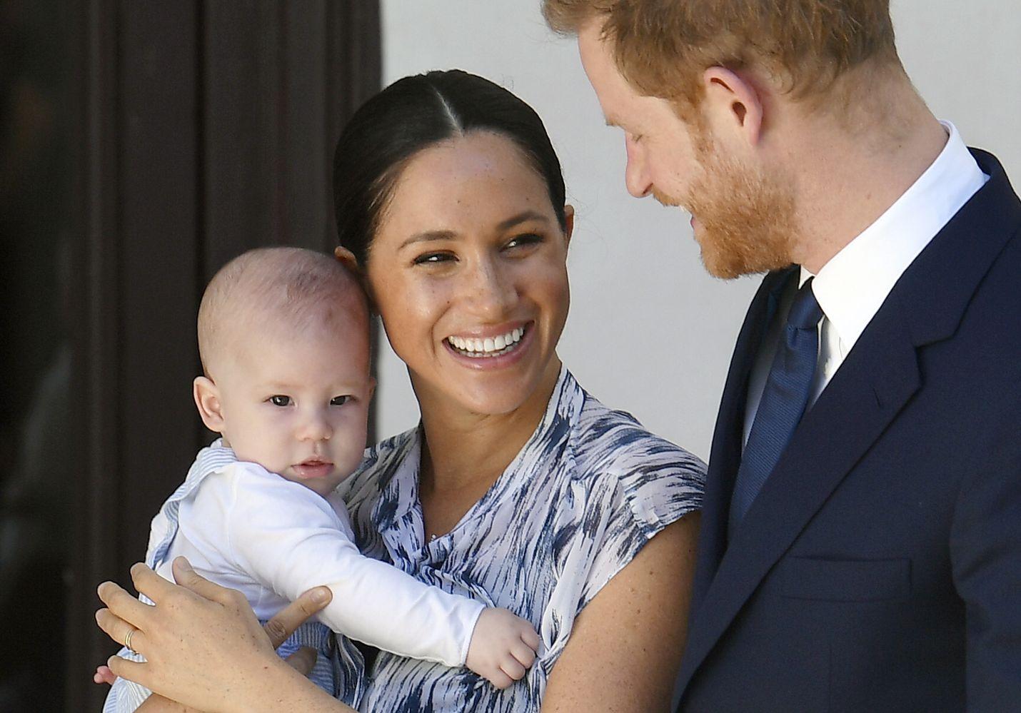 Prinssi Harry, Meghan ja Archie kulkevat nyt virallisesti kohti riippumattomampaa roolia.