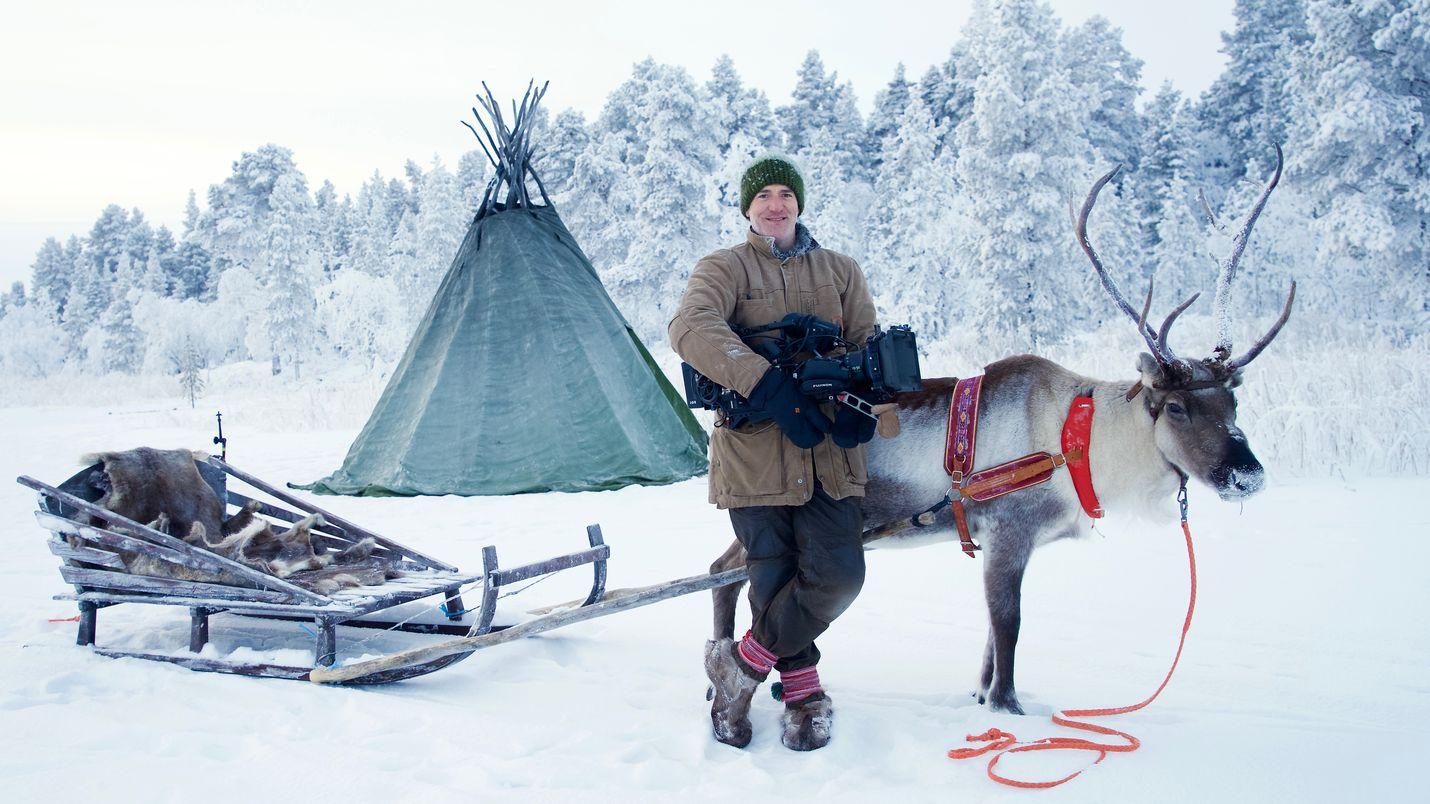 Tunnettu brittiläinen luontokuvaaja Gordon Buchanan matkustaa Lappiin ja opettelee liikkumaan porokyydillä.