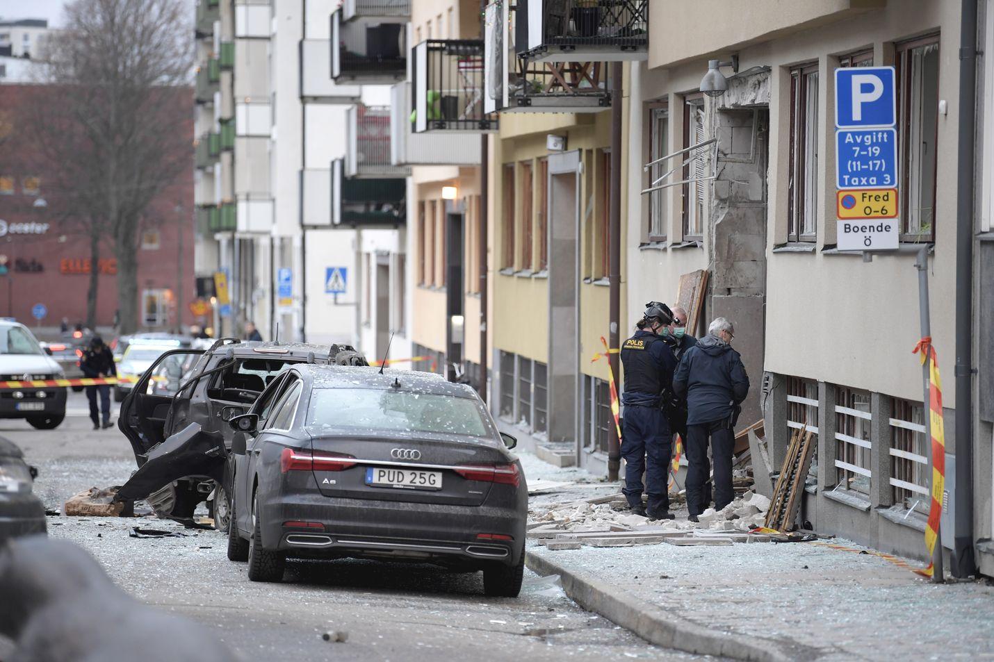 Poliisi tutki viikko sitten maanantaina Tukholman Östermalmilla tapahtunutta räjähdystä. Viime yönä kaupungin lähiöissä tapahtui kaksi peräkkäistä räjähdystä kerrostaloissa.