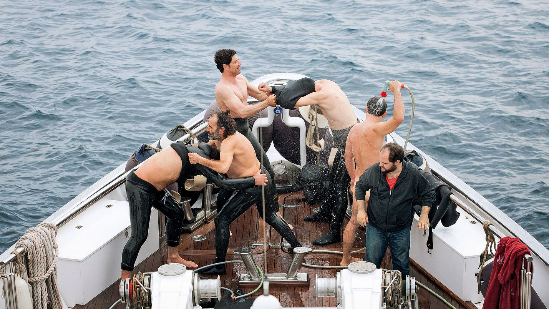 Chevalier on musta komedia kilpailuvietistä, joka alkaa harmittomana pelinä Egeanmerellä.