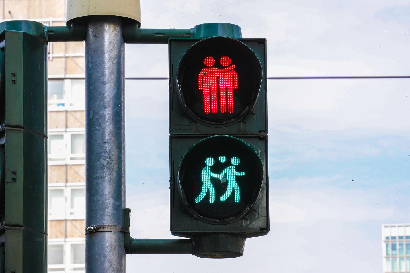Saksassa Frankfurtissa liikennevalot muistivat myös kaupungissa järjestetty pride-kulkuetta viime vuoden kesällä.