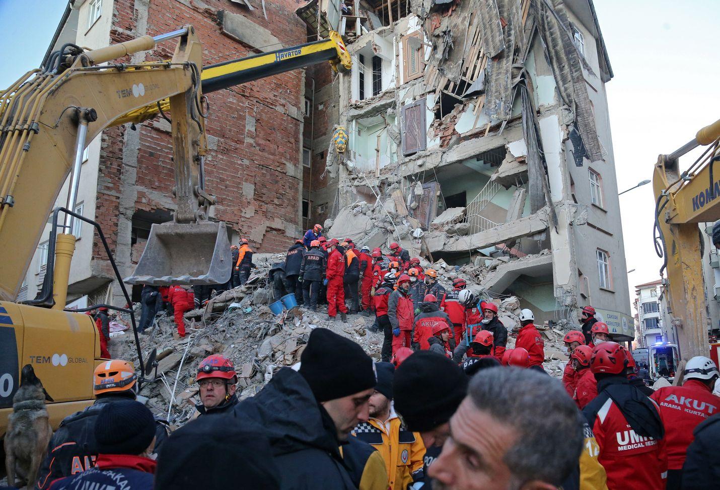 Raunioista etsittiin eloonjääneitä Elazigissa lauantaina. Järistys oli voimakkuudeltaan 6,8 magnitudia.