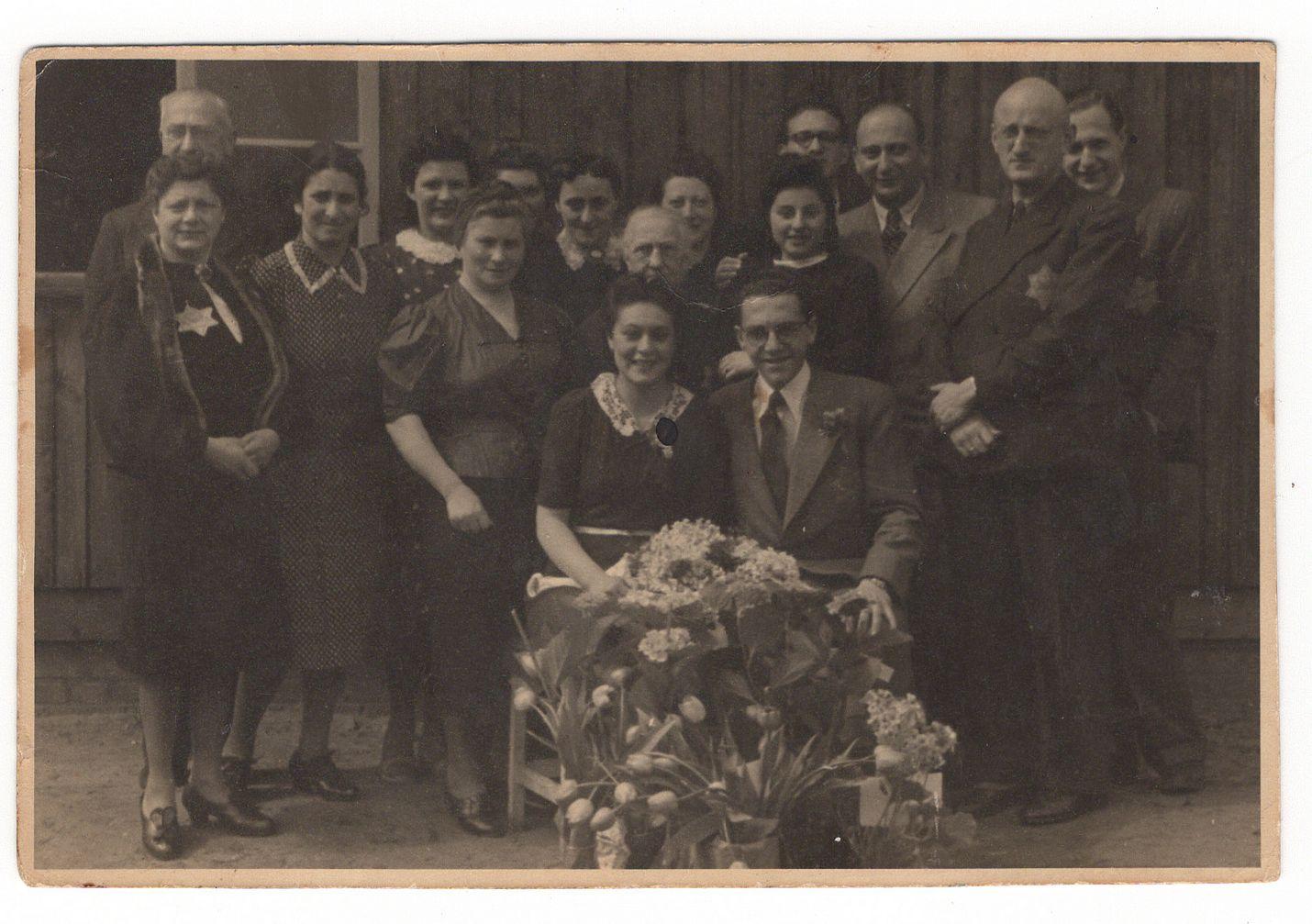 """Hollantilainen lääkäri ja psykiatri Eddy de Wind meni naimisiin sairaanhoitaja Frieda """"Friedel"""" Komornikin kanssa Westerborkin kokoamisleirillä. Juutalainen pari joutui yhdessä Auschwitzin keskitysleirille Puolaan vuonna 1943 ja erosi 12 vuotta sodan päättymisen ja leirin vapauttamisen jälkeen."""