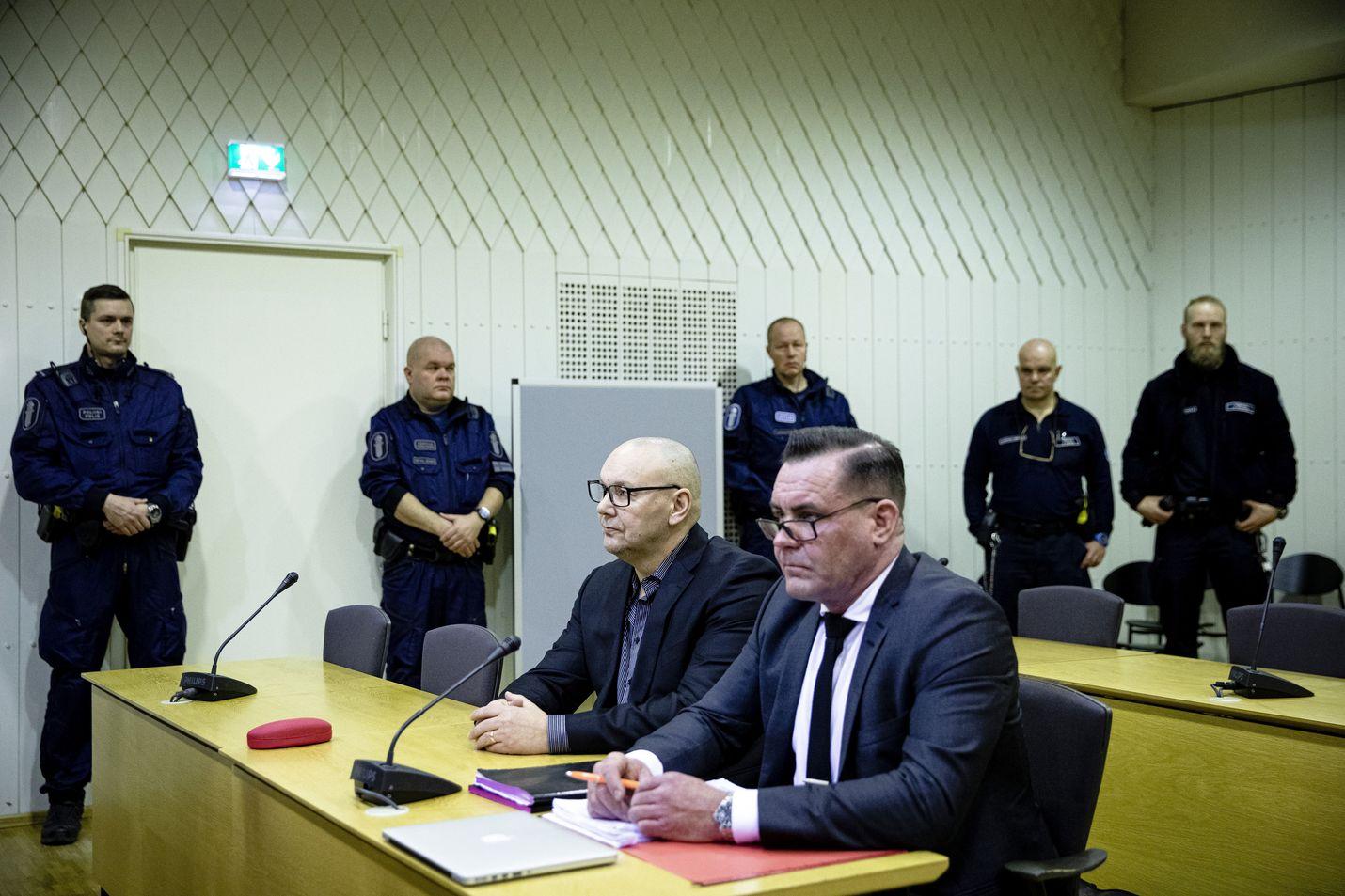 """Oikeudenkäynti United Brotherhoodin lakkauttamiseksi käynnistyi Porvoossa tammikuun alussa. Poliisi pitää Tero """"Kukkis"""" Holopaista (vas.) jengin johtajana. Holopainen osallistui oikeudenkäyntiin avustajansa Ilkka Ukkosen kanssa."""