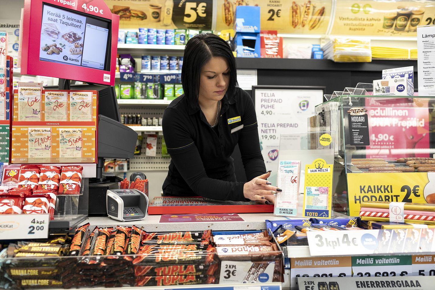 Loton ennätyspotin oikea rivi myytiin Uudenkaupungin Ketunkallion R-kioskista. Myyjä Heidi Kaupinsalo kertoo, että sunnuntai on sujunut rauhallisesti.