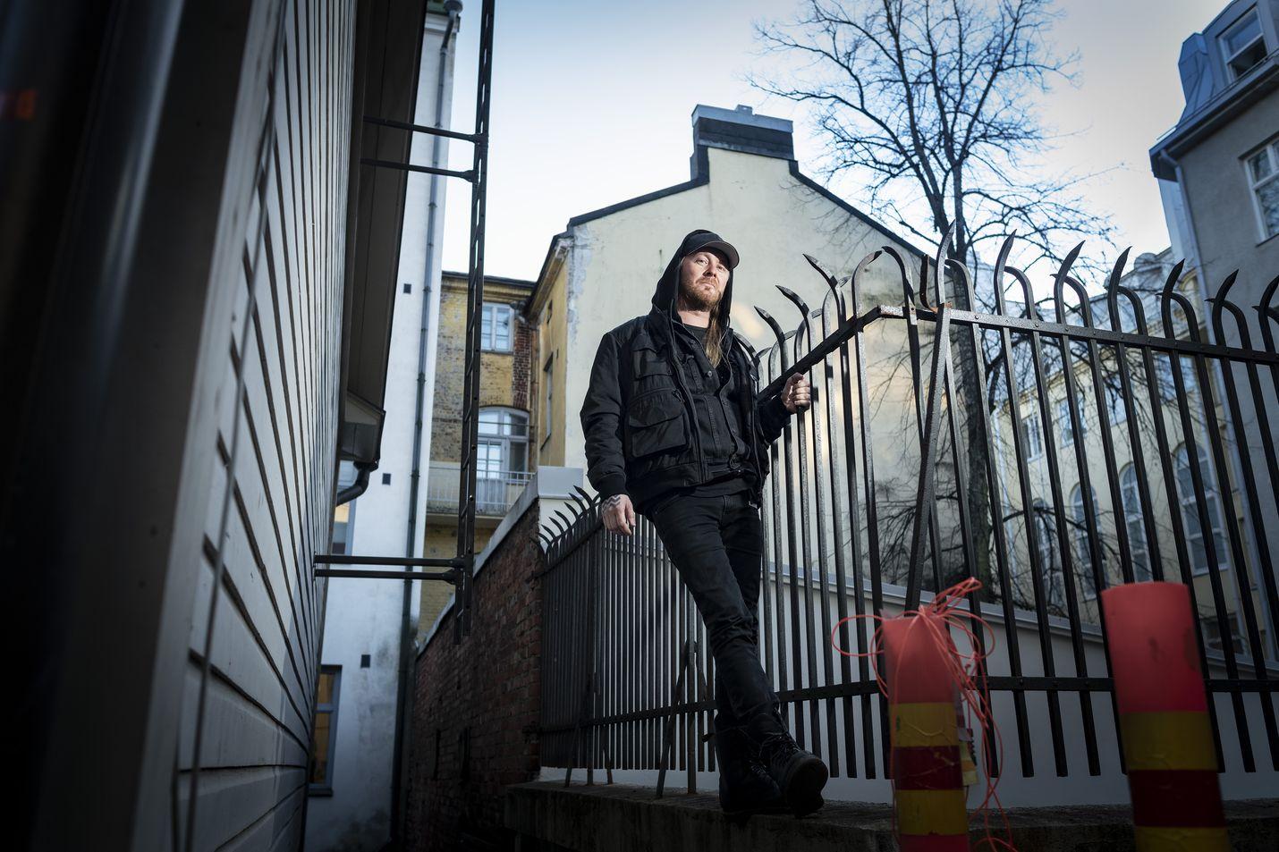 Antti Hyyrysen isoveli Jussi soitti kitaraa YUPissa. Isoveli toi kotiin Iron Maidenin, W.A.S.P:in ja Stonen levyjä ja pikkuveli huomasi, että metallimusiikki on hänen musiikkiaan. Hyyrysten isä lauloi Savonlinnan oopperakuorossa
